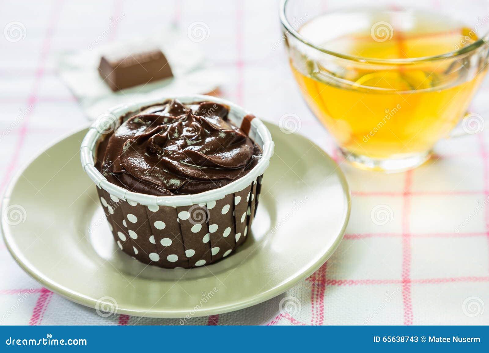 Petit gâteau et thé de chocolat