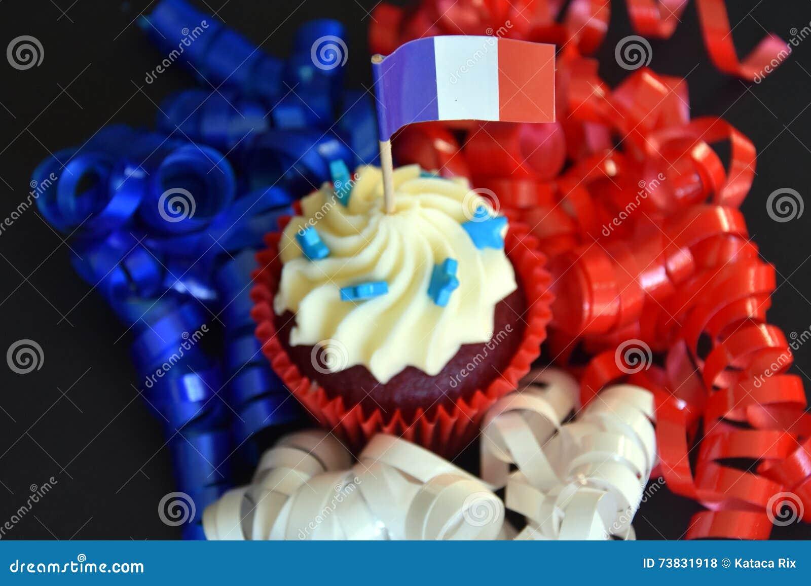 Petit Gâteau Heureux De Jour De Bastille Avec Le Drapeau Français De