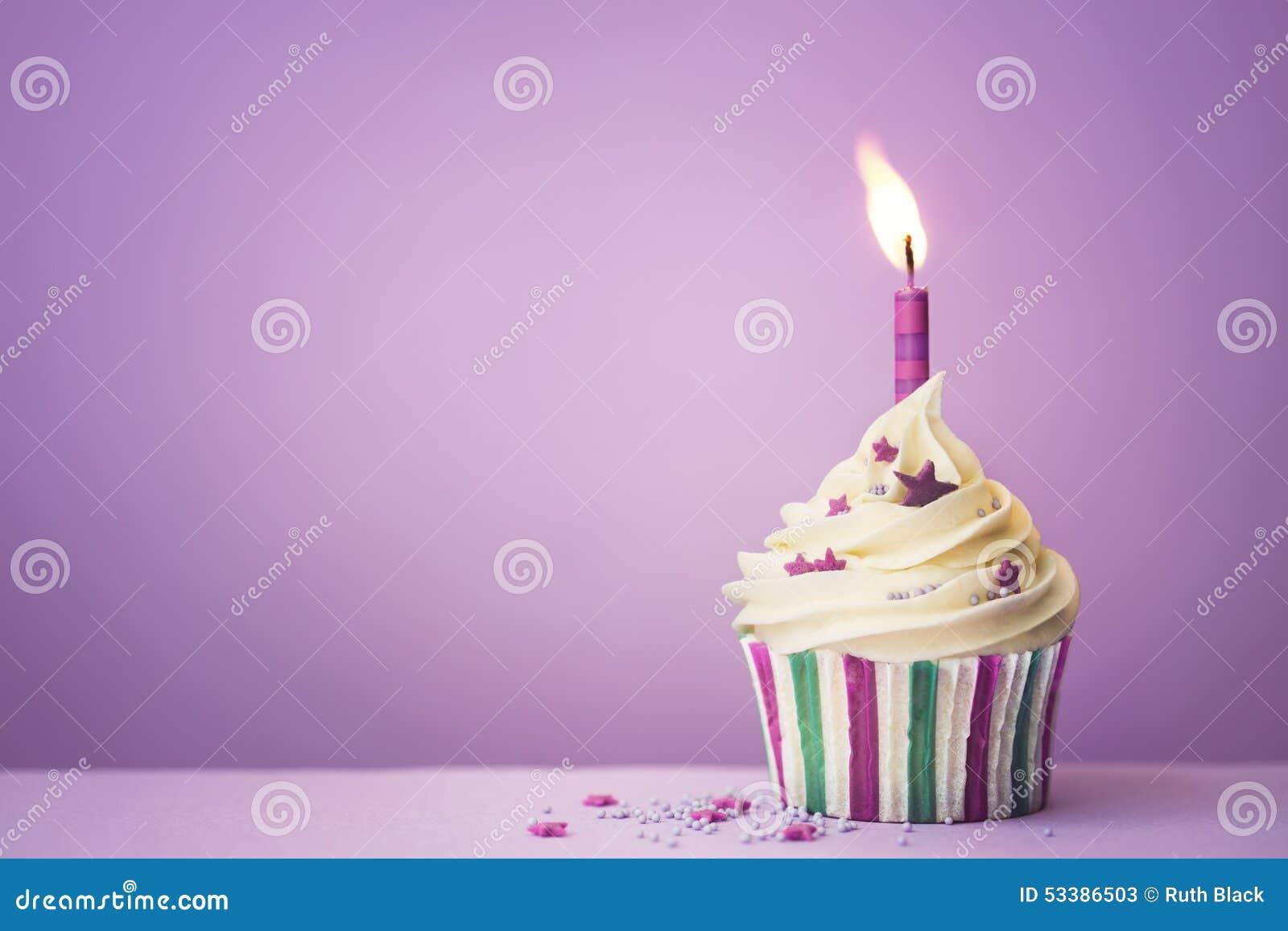 Petit gâteau pourpre d anniversaire