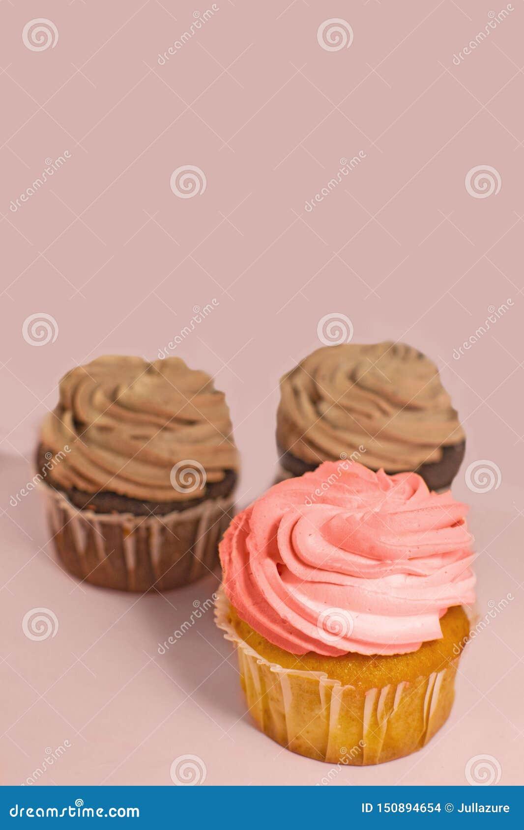 Petit Gateau Rose Fait Maison De Fraise Et De Chocolat Avec De La Creme De Beurre Photo Stock Image Du Petit Beurre 150894654