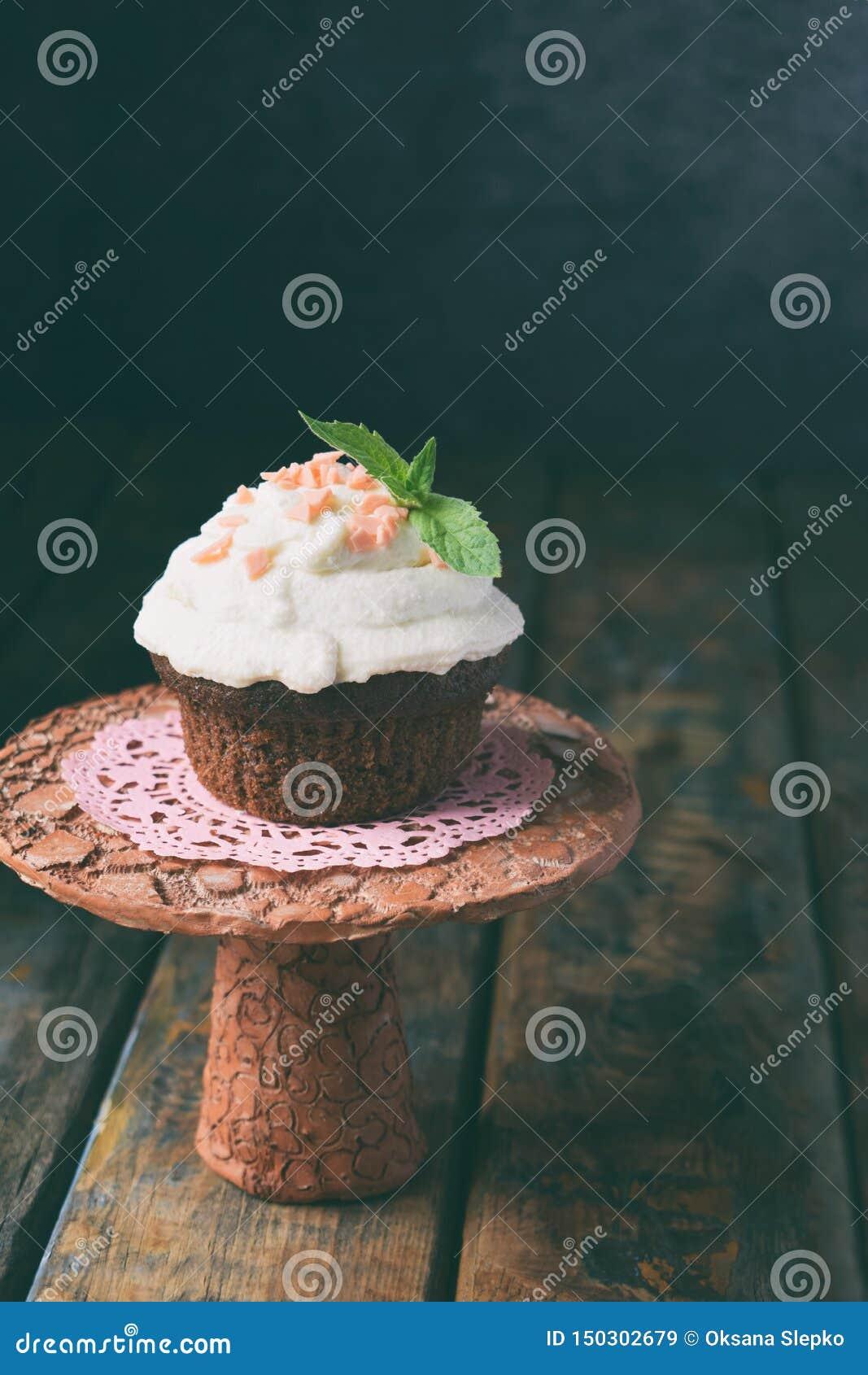 Petit g?teau de chocolat avec de la cr?me de vanille et la feuille en bon ?tat Joyeux anniversaire Photo fonc?e