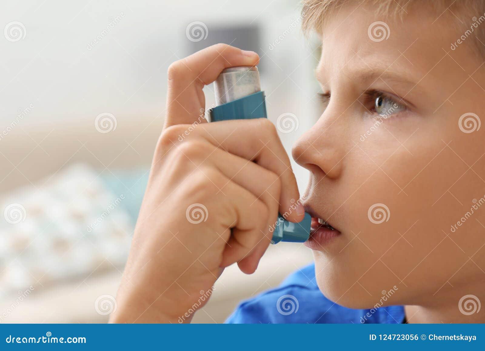 Petit garçon à l aide de l inhalateur d asthme