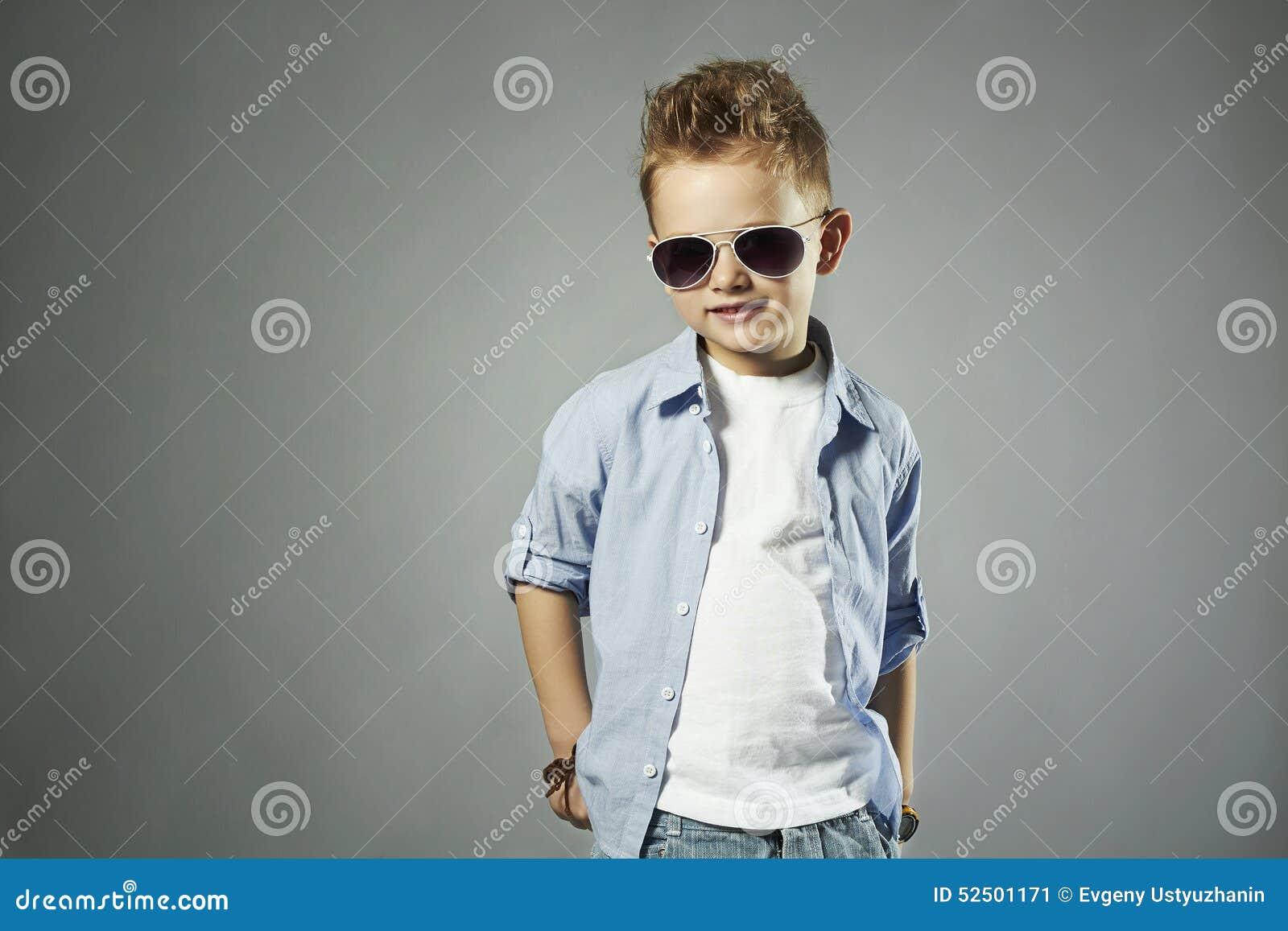 petit gar on la mode dans des lunettes de soleil enfant. Black Bedroom Furniture Sets. Home Design Ideas