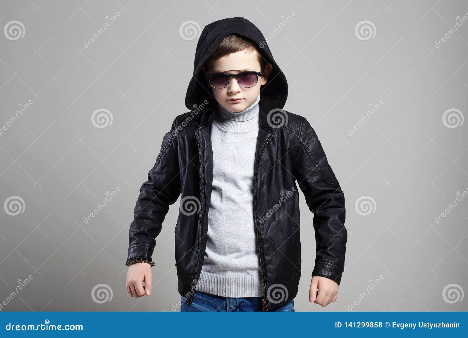 Petit garçon à la mode dans le hoodie et des lunettes de soleil