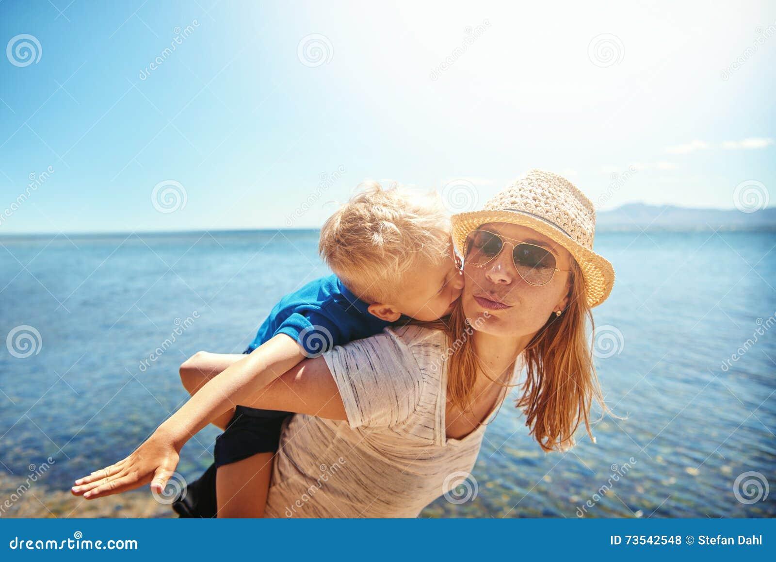 Petit garçon affectueux embrassant sa mère