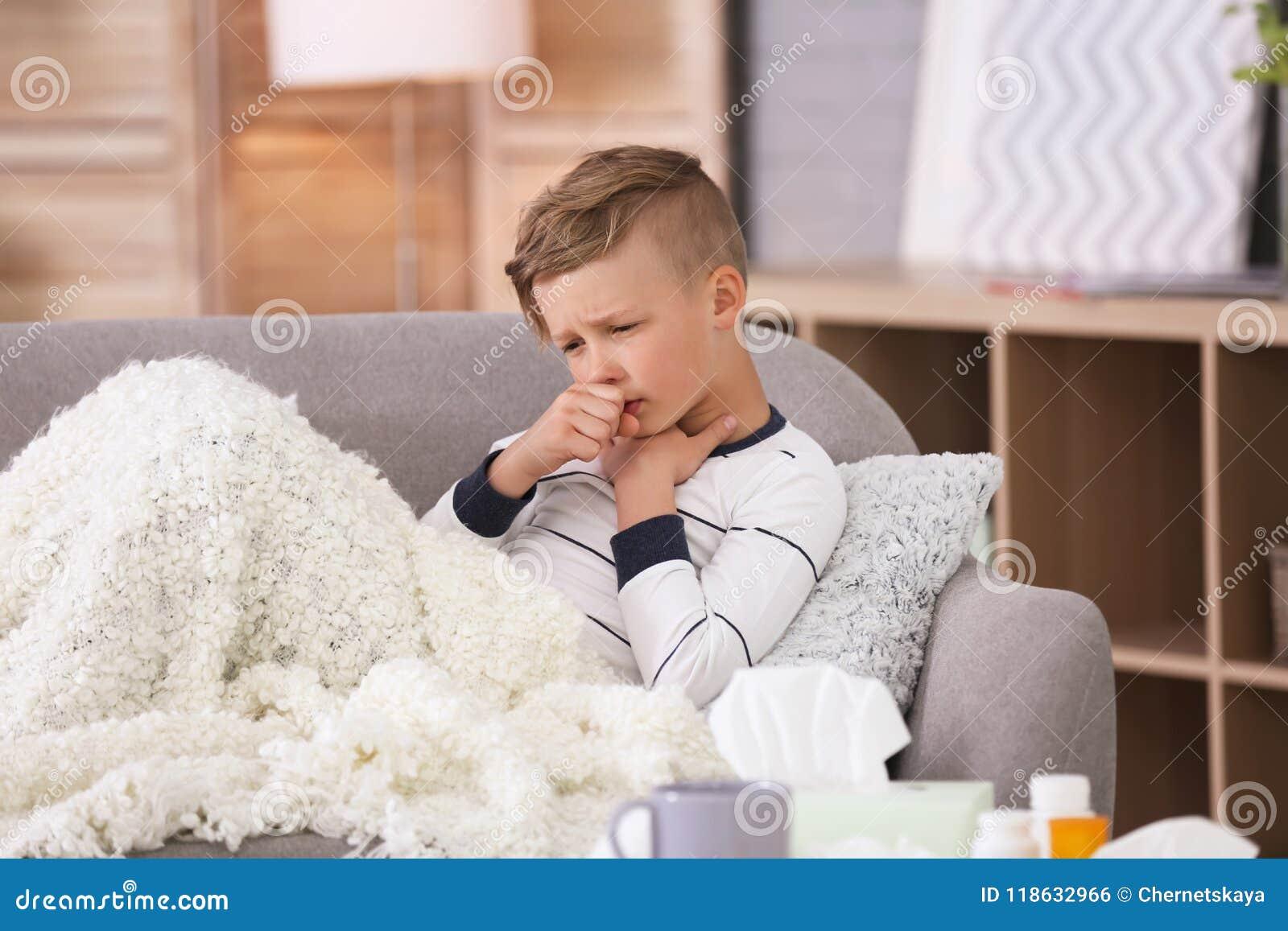 Petit garçon avec la toux souffrant du froid
