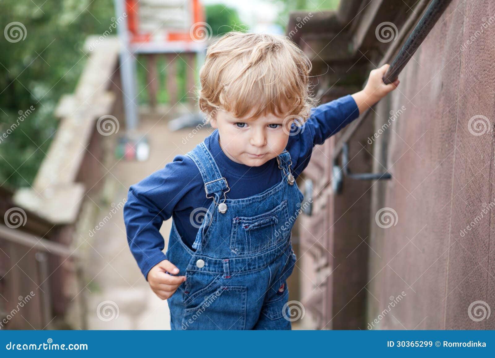 petit gar 231 on d enfant en bas 226 ge montant de grands escaliers dans la ville images libres de