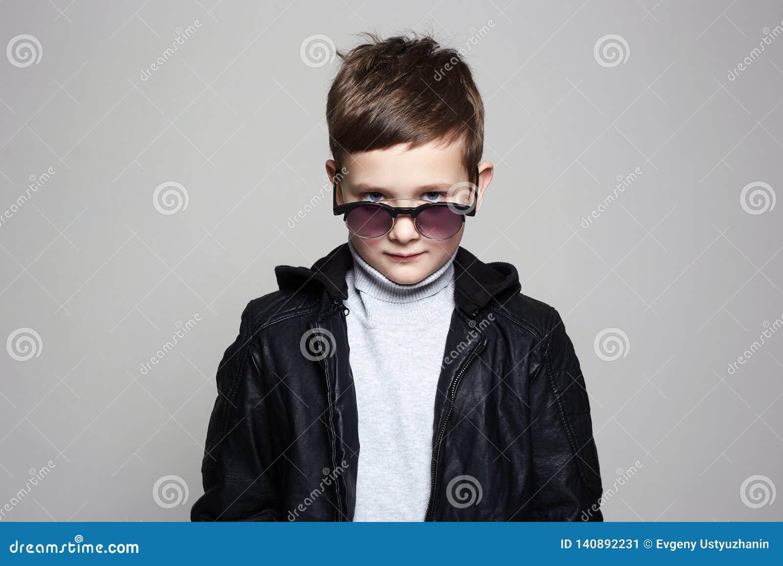 Petit garçon dans des lunettes de soleil enfant élégant en cuir