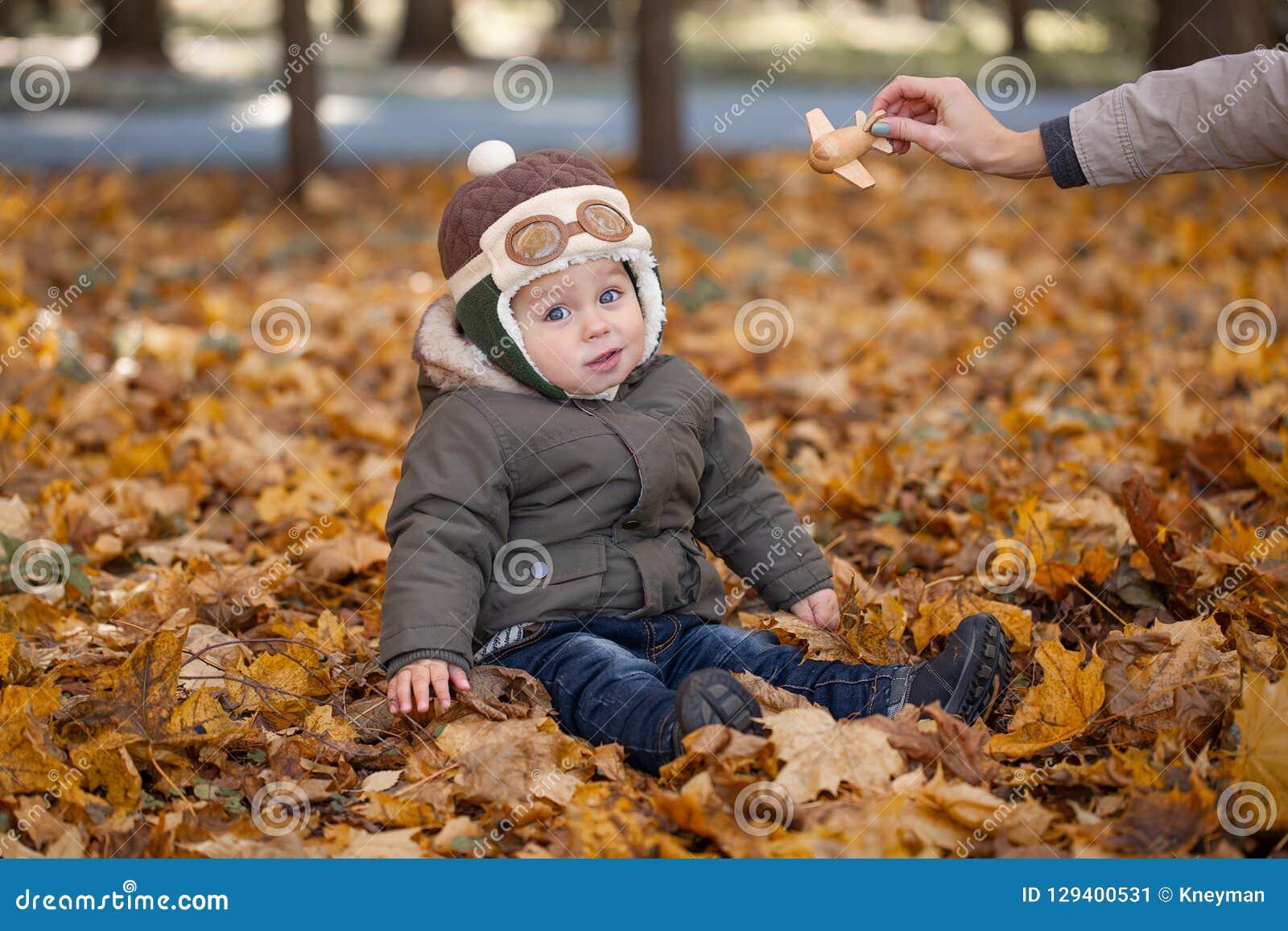 Petit garçon dans le chapeau pilote jouant avec l avion de jouet en parc Automne