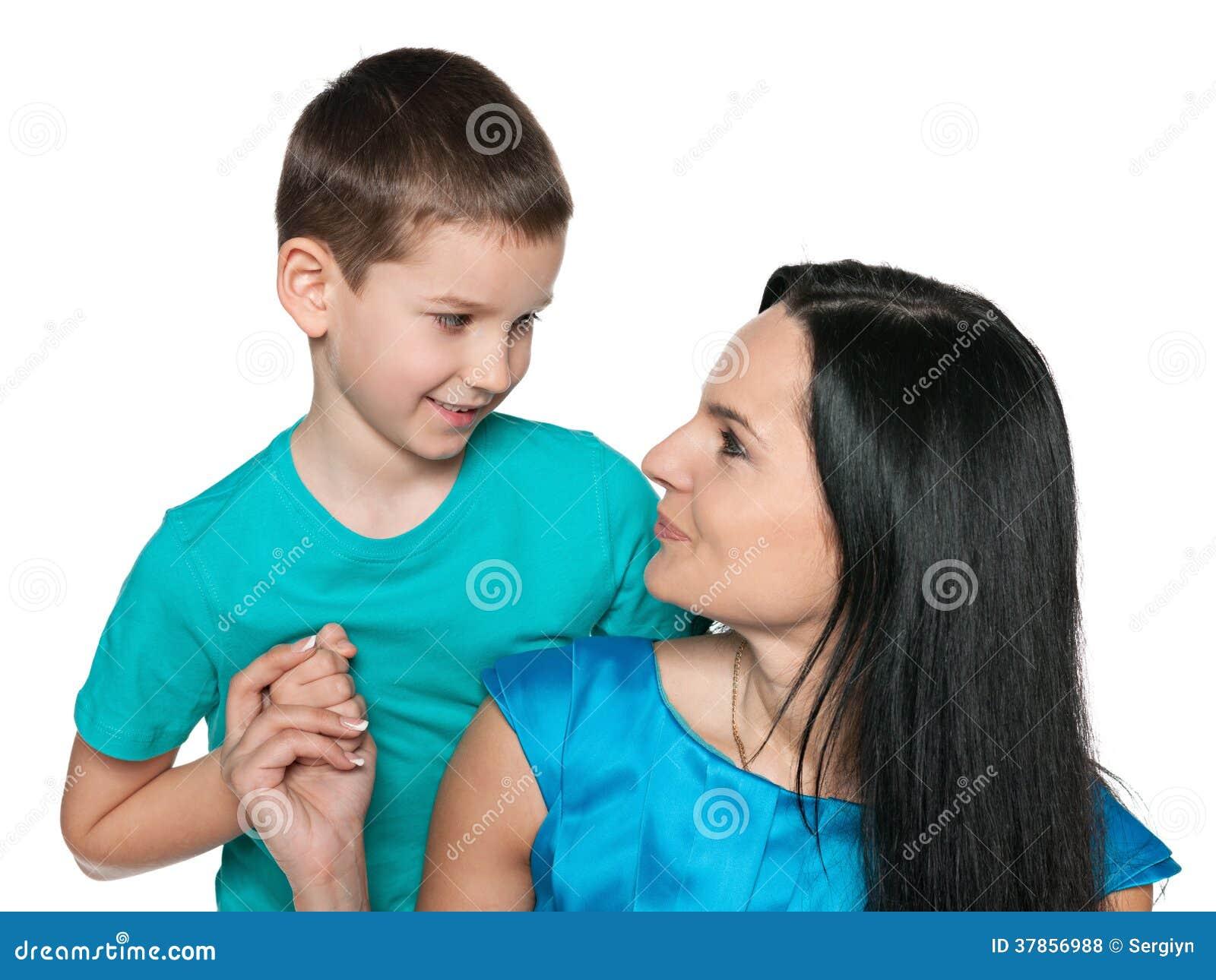Petit garçon de sourire avec sa mère