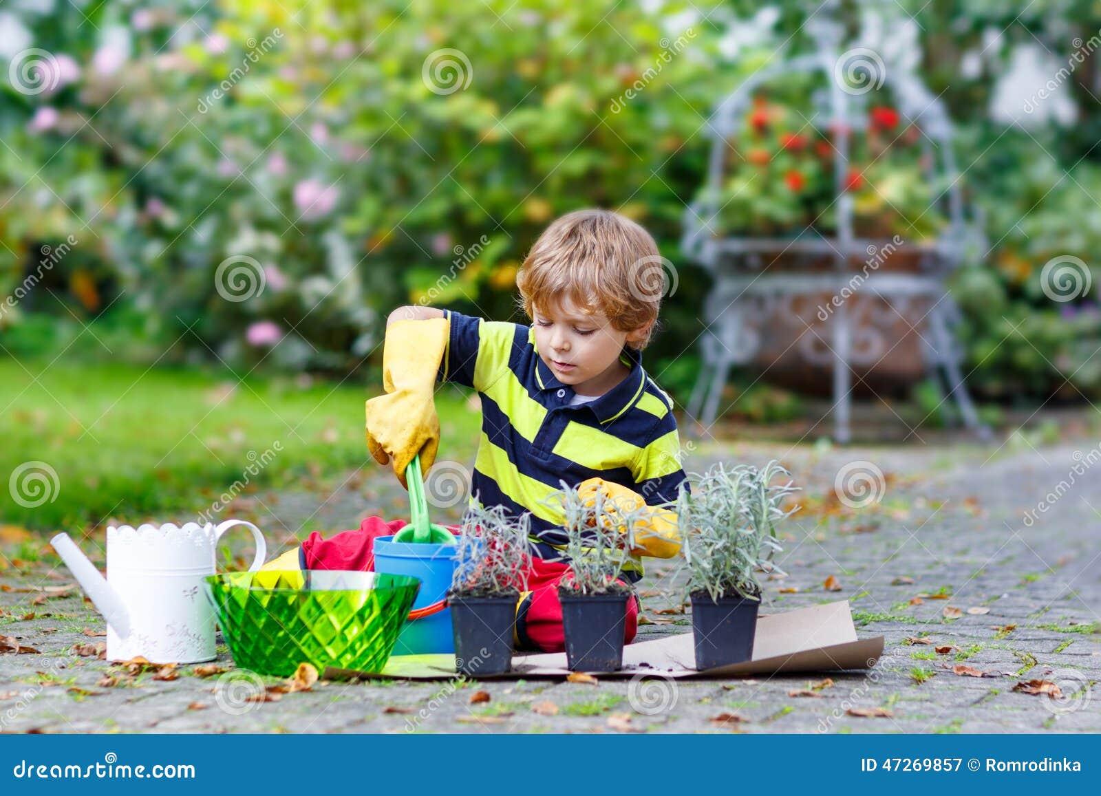 Petit gar on dr le apprenant planter des fleurs dans le - Ou planter la rhubarbe dans le jardin ...