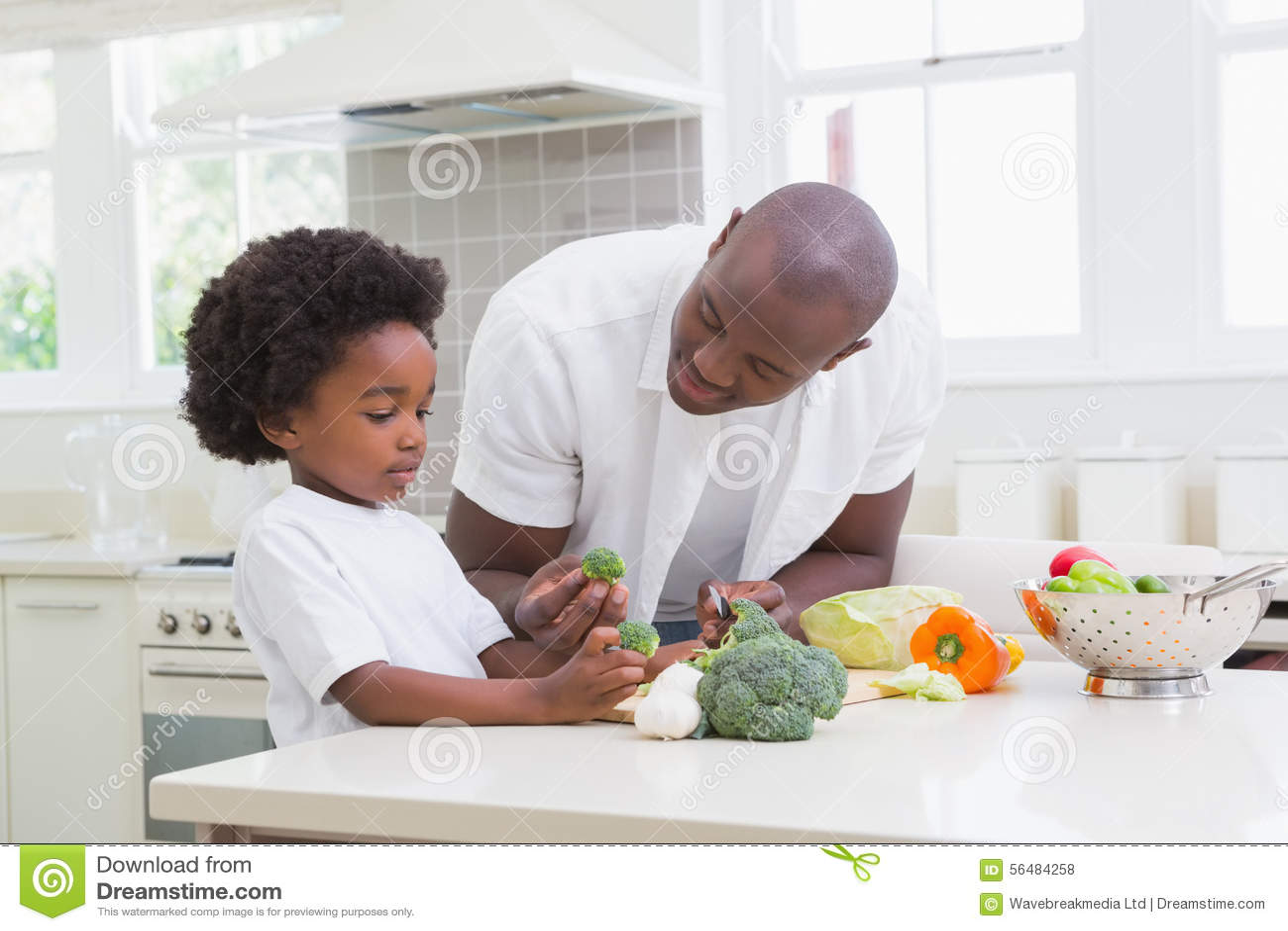Petit garçon faisant cuire avec son père