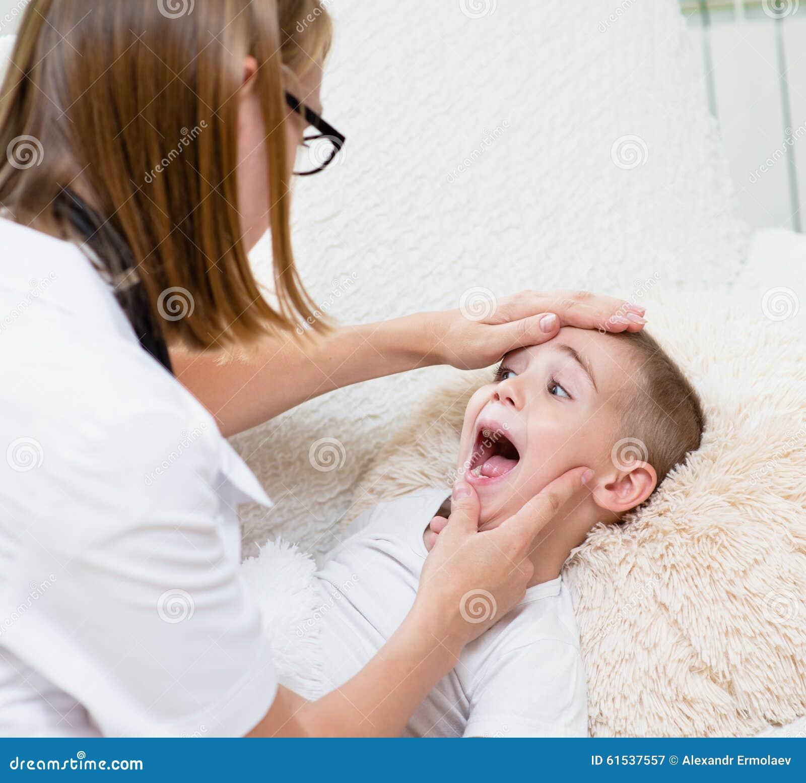 Petit garçon faisant examiner sa gorge par le professionnel de la santé