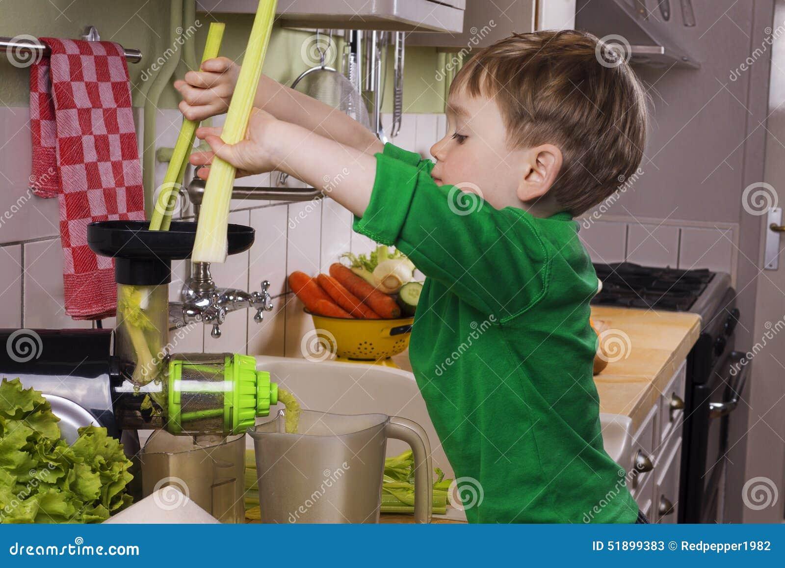 Petit garçon faisant le jus vert