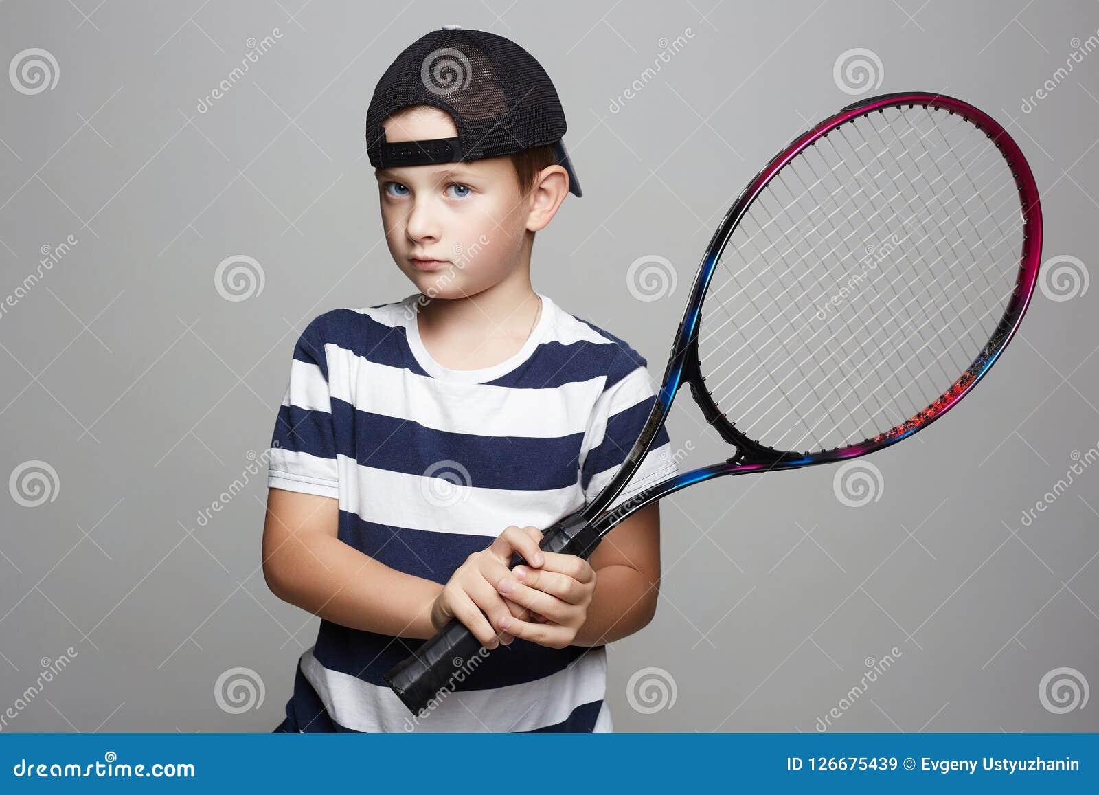 28d8c1b2f6c9a Petit Garçon Jouant Au Tennis Enfants De Sport Image stock - Image ...