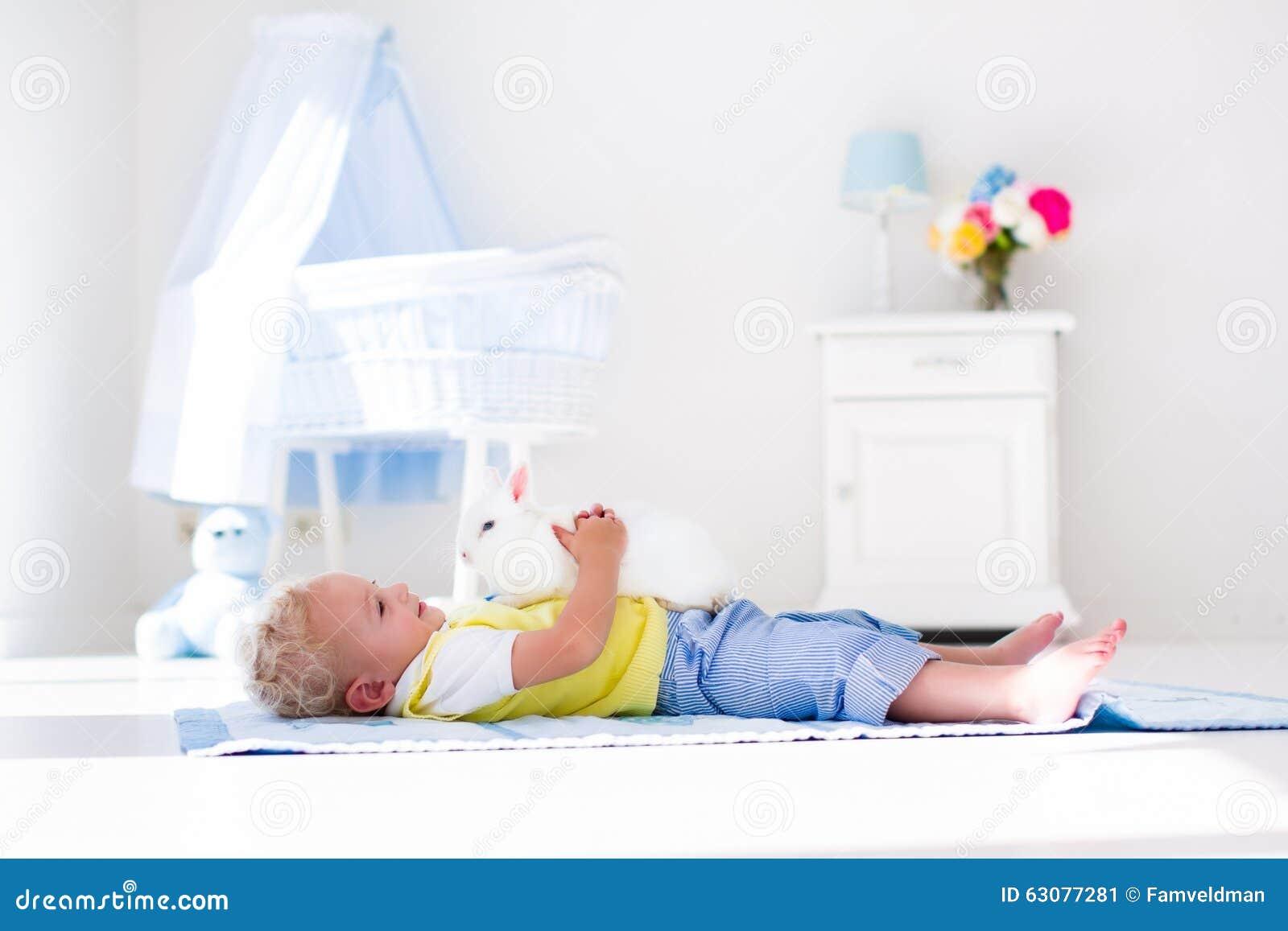 Download Petit Garçon Jouant Avec L'animal Familier De Lapin Image stock - Image du bâti, fille: 63077281