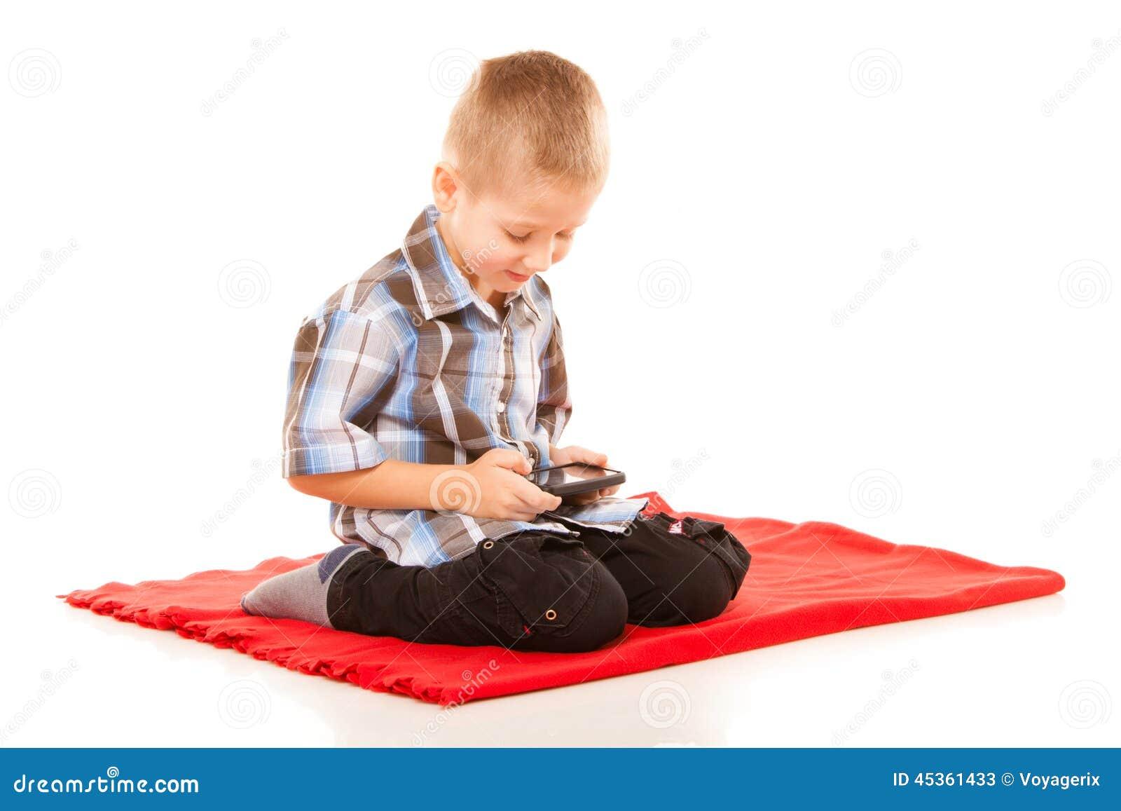 Petit garçon jouant des jeux sur le smartphone
