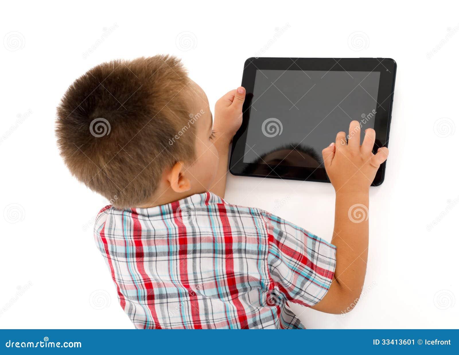 Petit garçon jouant sur la tablette