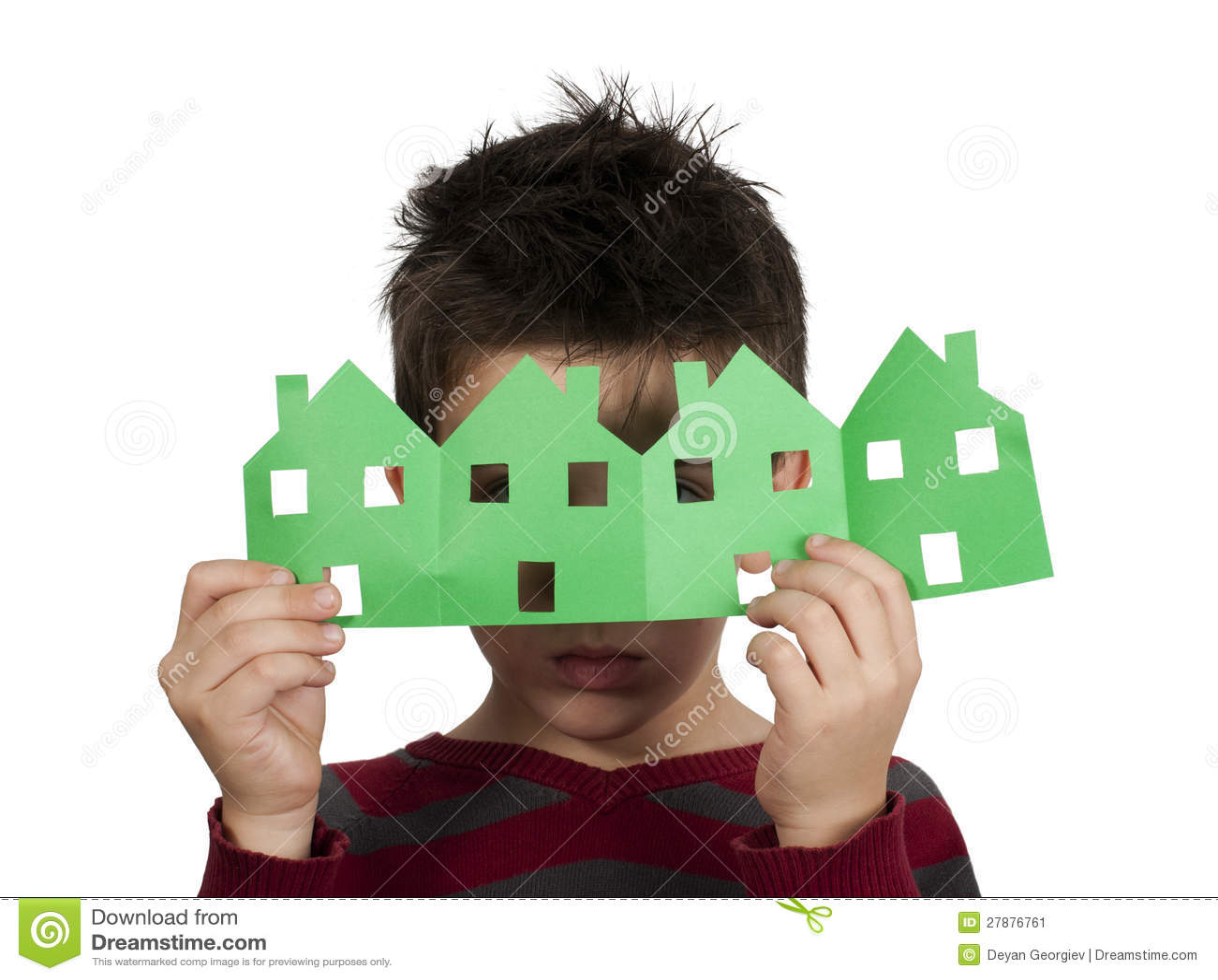 Petit garçon jugeant des maisons faites de papier