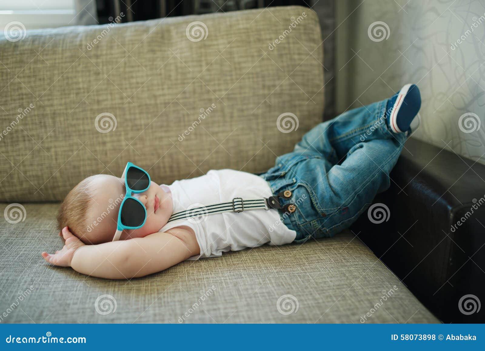 Petit garçon mignon dans des lunettes de soleil