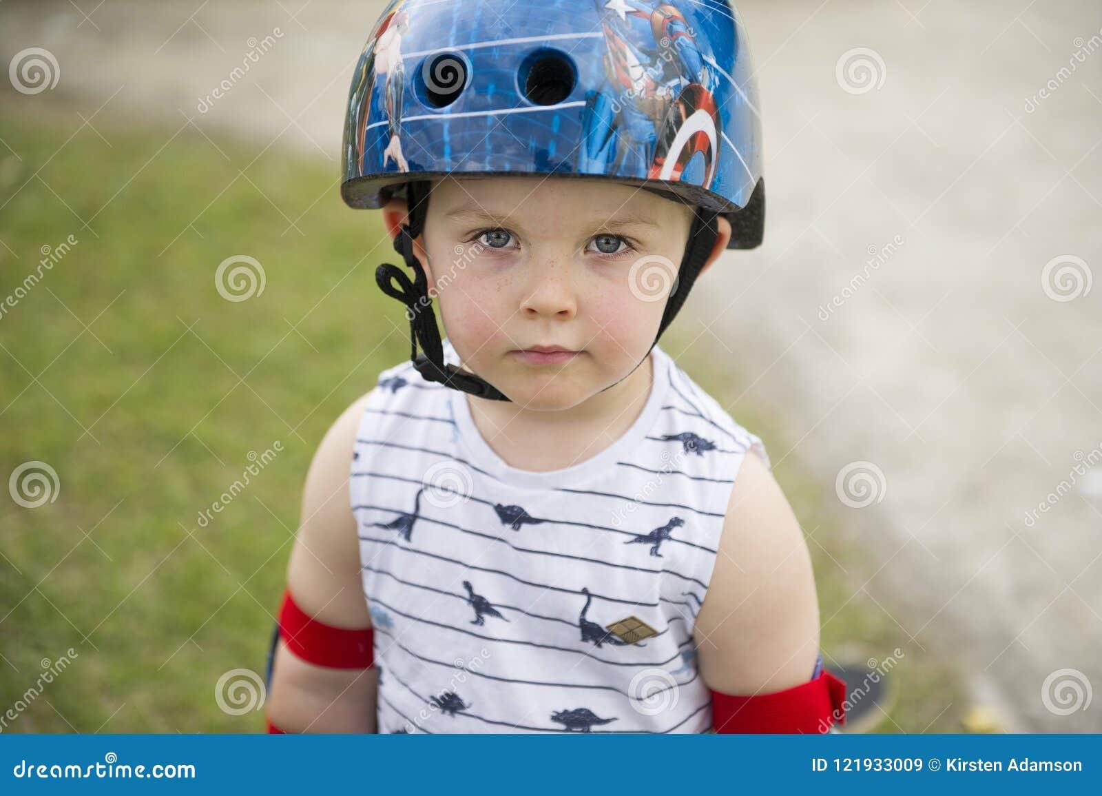 Petit garçon mignon de patineur avec l attitude