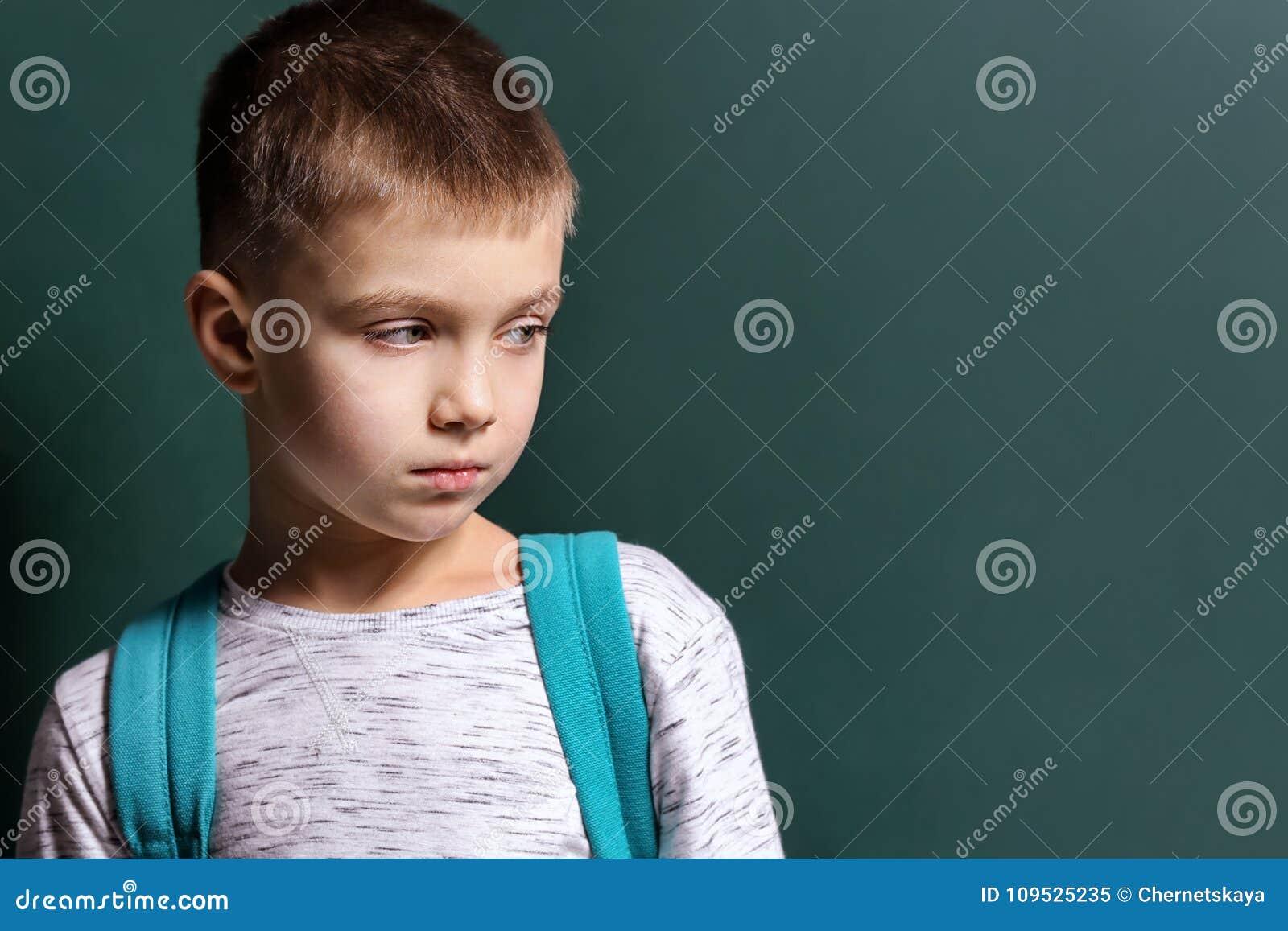 Petit garçon triste étant intimidé à l école