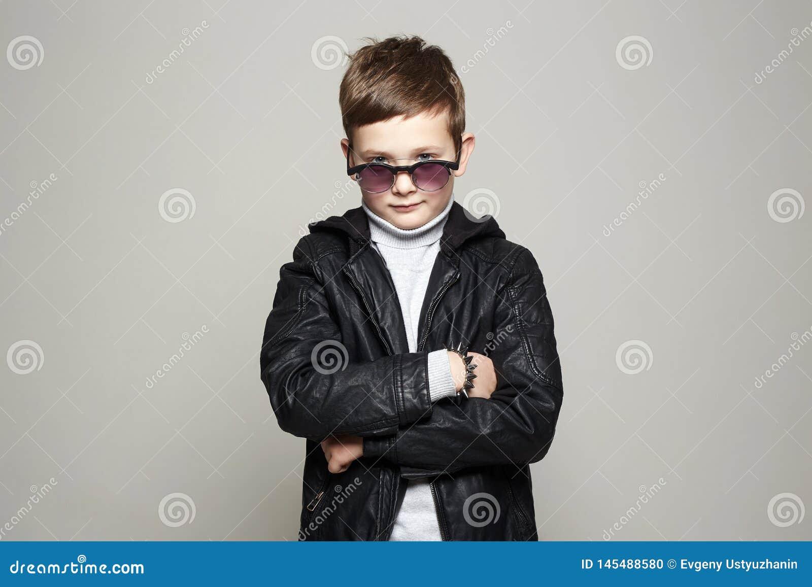 Petit gar?on ? la mode dans des lunettes de soleil gosse ?l?gant