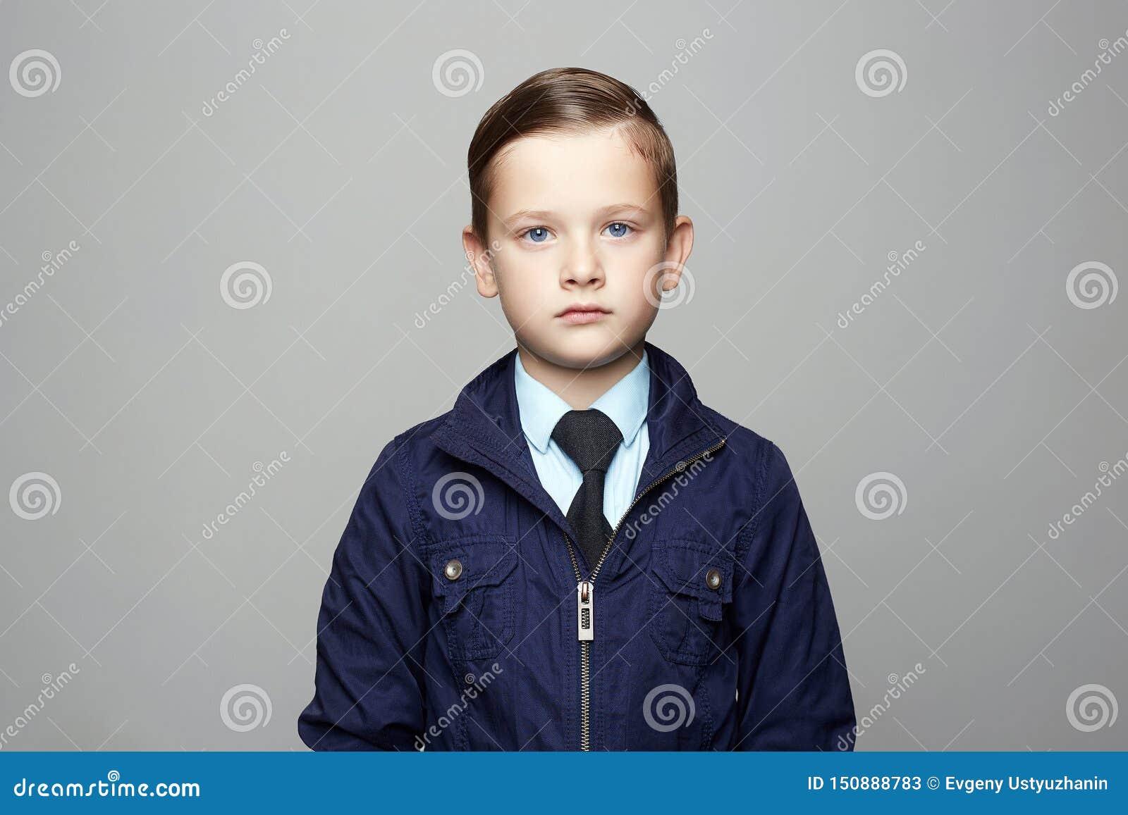 Petit gar?on ? la mode dans le costume Portrait d enfant de mode