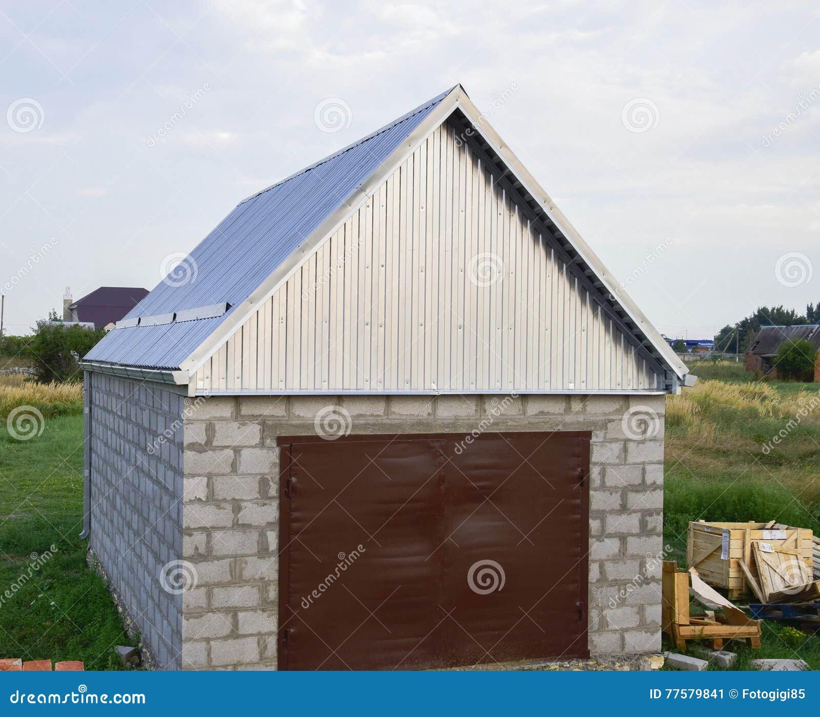 Petit Garage Avec Un Toit De Tôle Ondulée Image Stock
