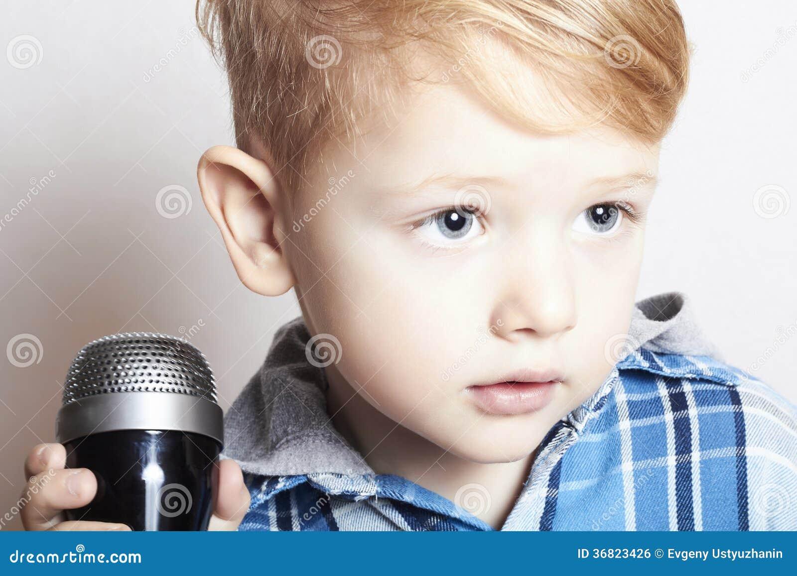petit gar on chantant dans dans karaoke. Black Bedroom Furniture Sets. Home Design Ideas