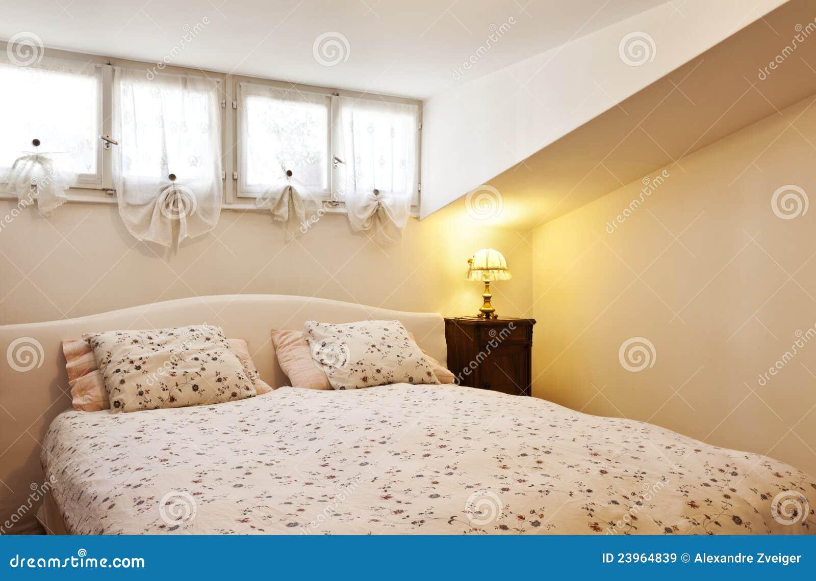 Petit grenier meublé, chambre à coucher