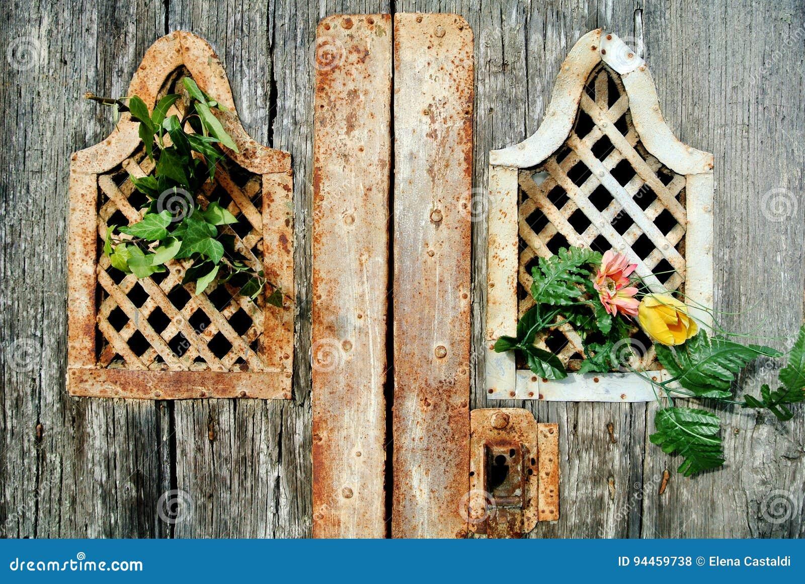 Petit groupe de détail antique de porte avec la fleur