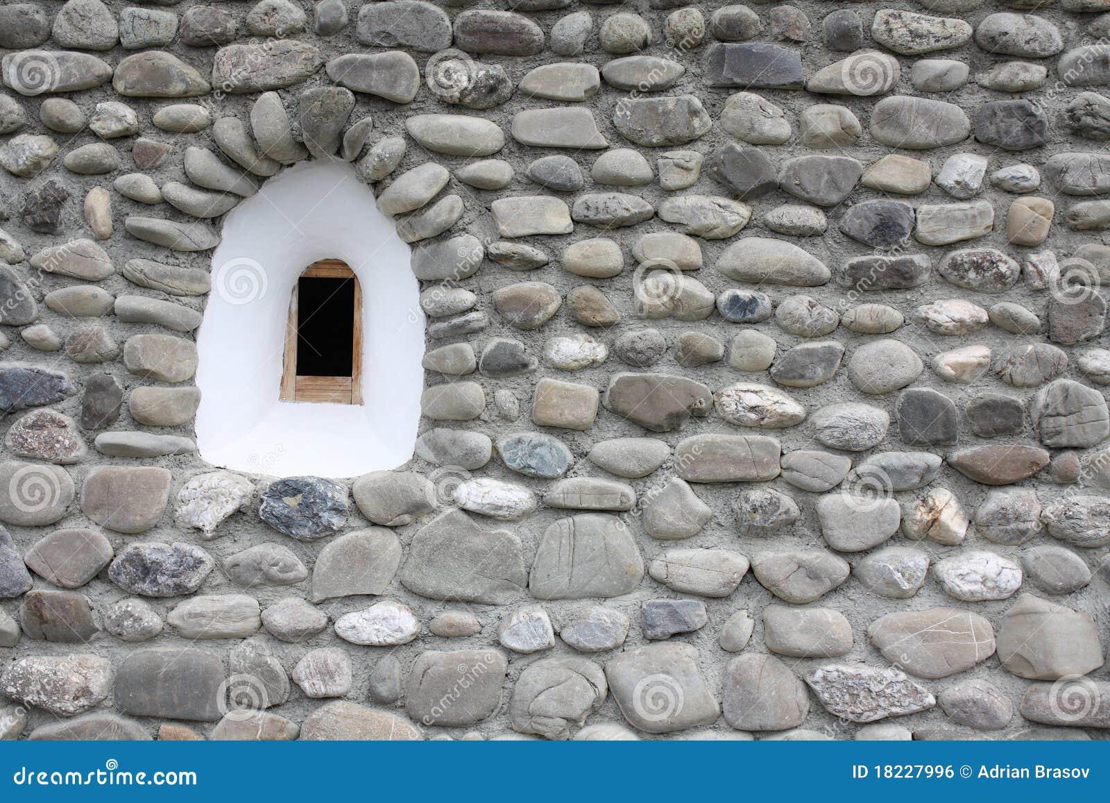 Petit hublot m di val l 39 int rieur d 39 un mur en pierre - Mur en pierre apparente interieur ...