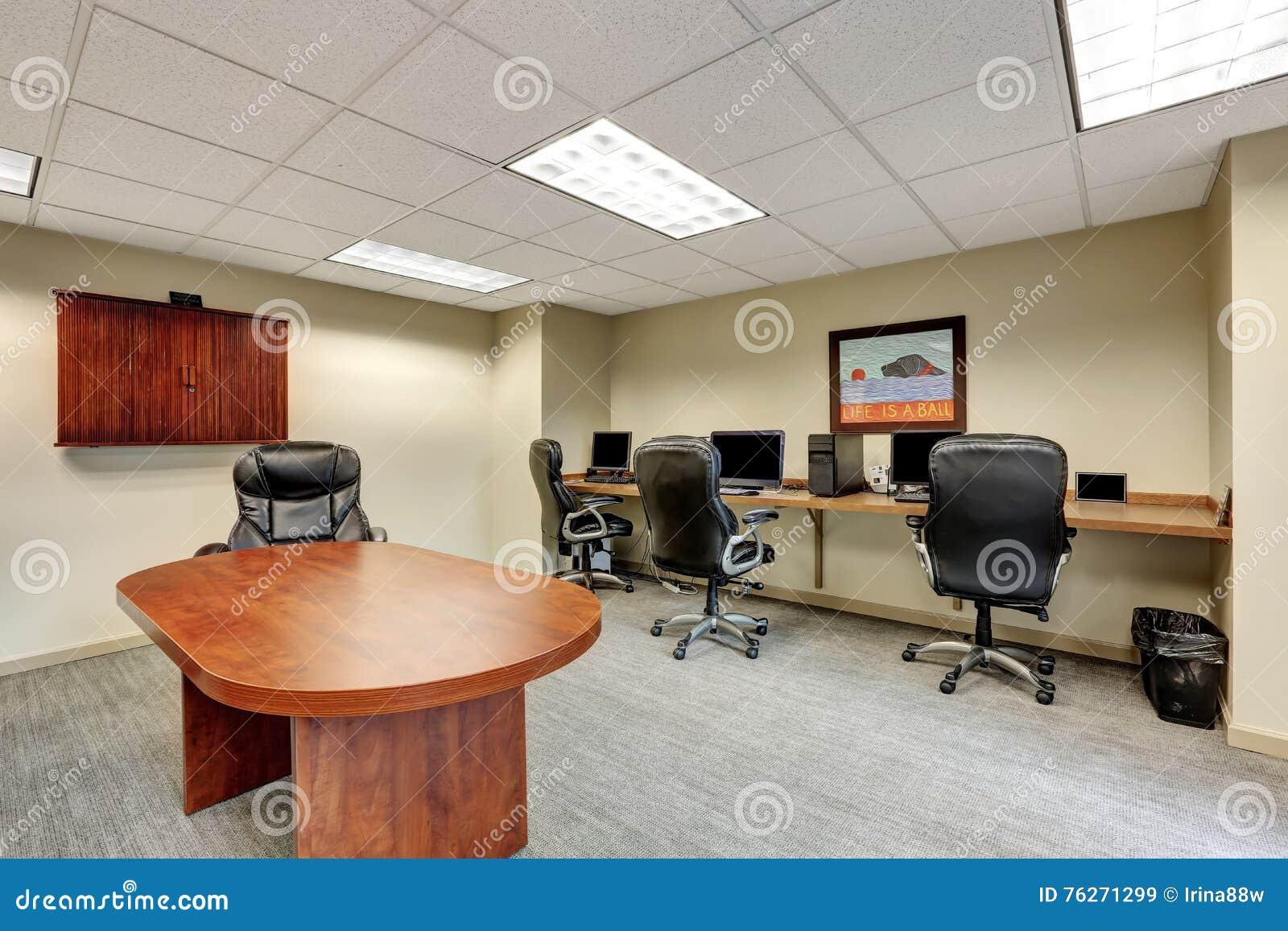 Petit intérieur moderne de lieu de réunion dans le bureau image