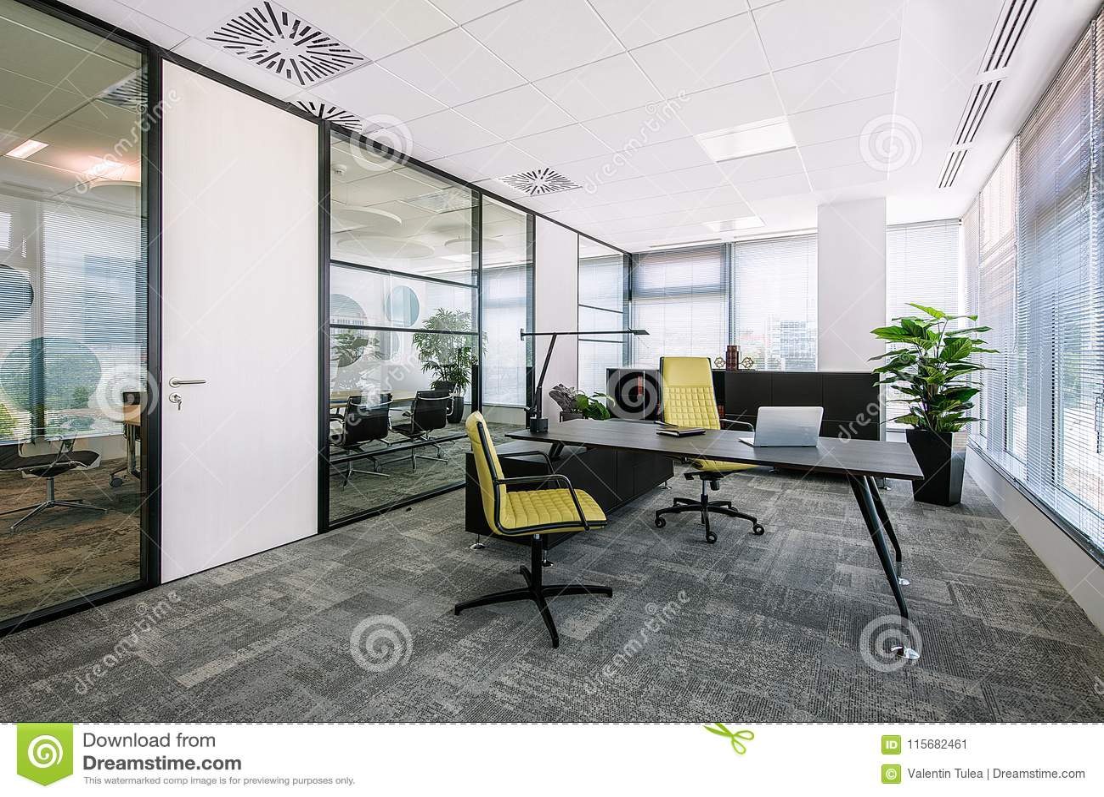 Petit intérieur moderne de salle de réunion de bureau et de lieu de
