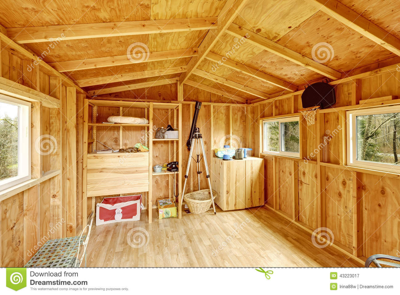 Petit int rieur de cabane dans un arbre photo stock for Campo co interieur