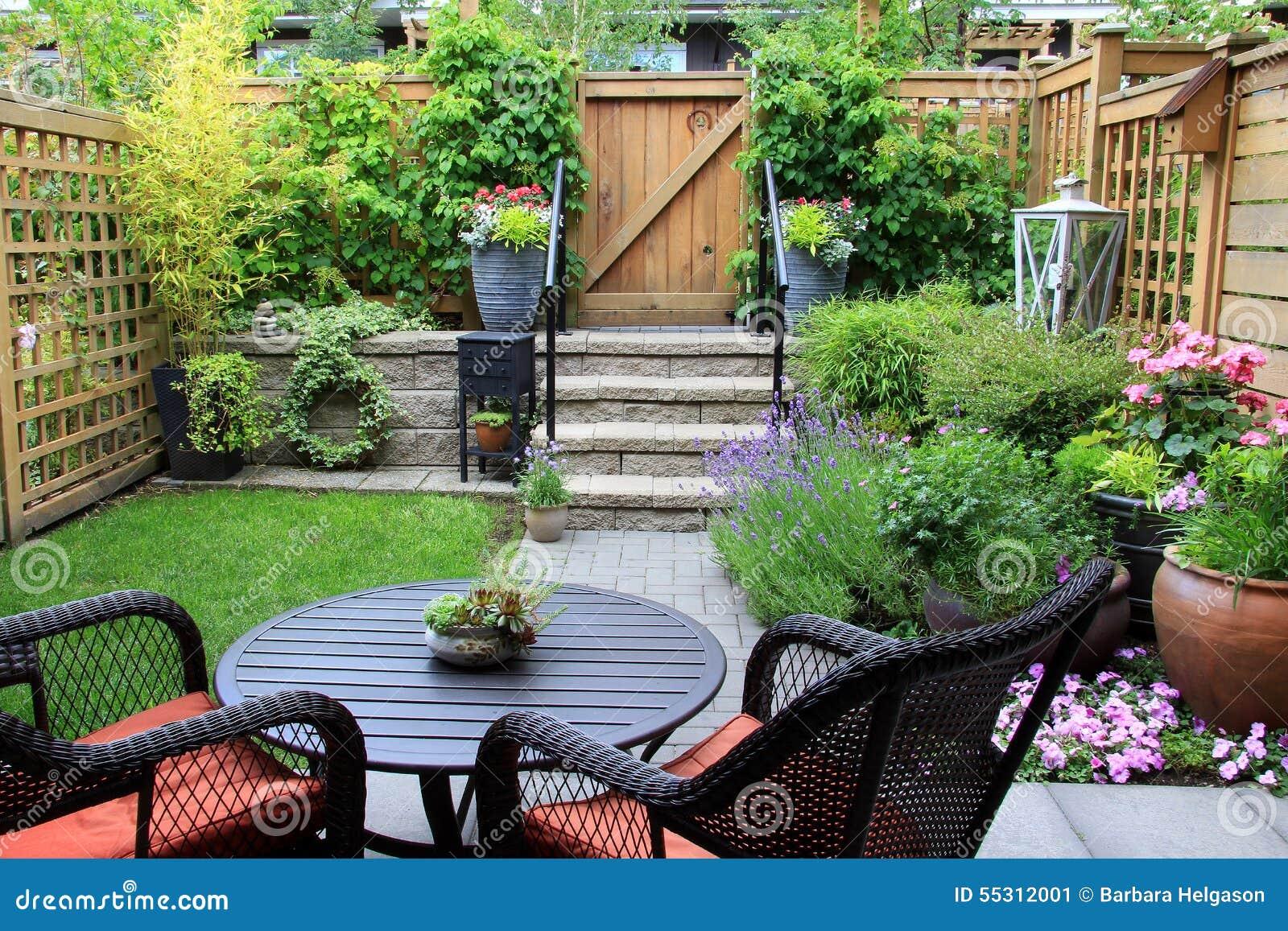 Petit jardin image stock. Image du lierre, jardinage - 55312001