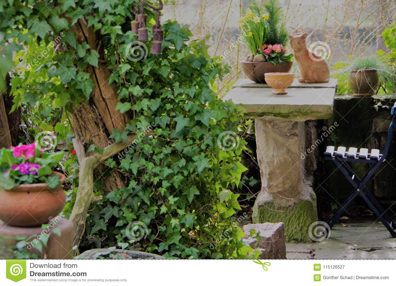 Petit Jardin Confortable Avec Le Coin Salon Image stock - Image du ...