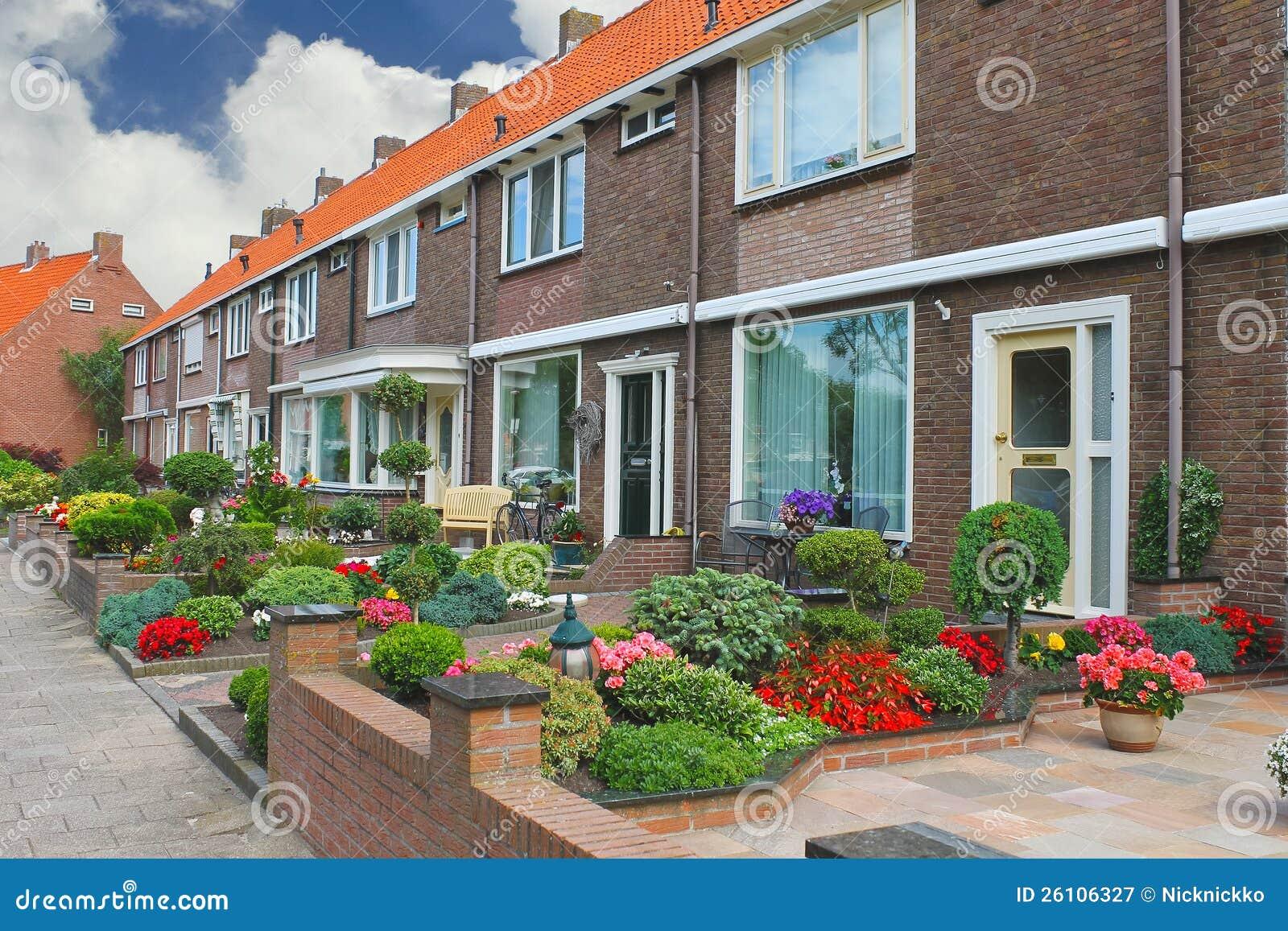 Petit jardin devant la maison hollandaise photographie stock libre de droits image 26106327 - Petit jardin maison ...
