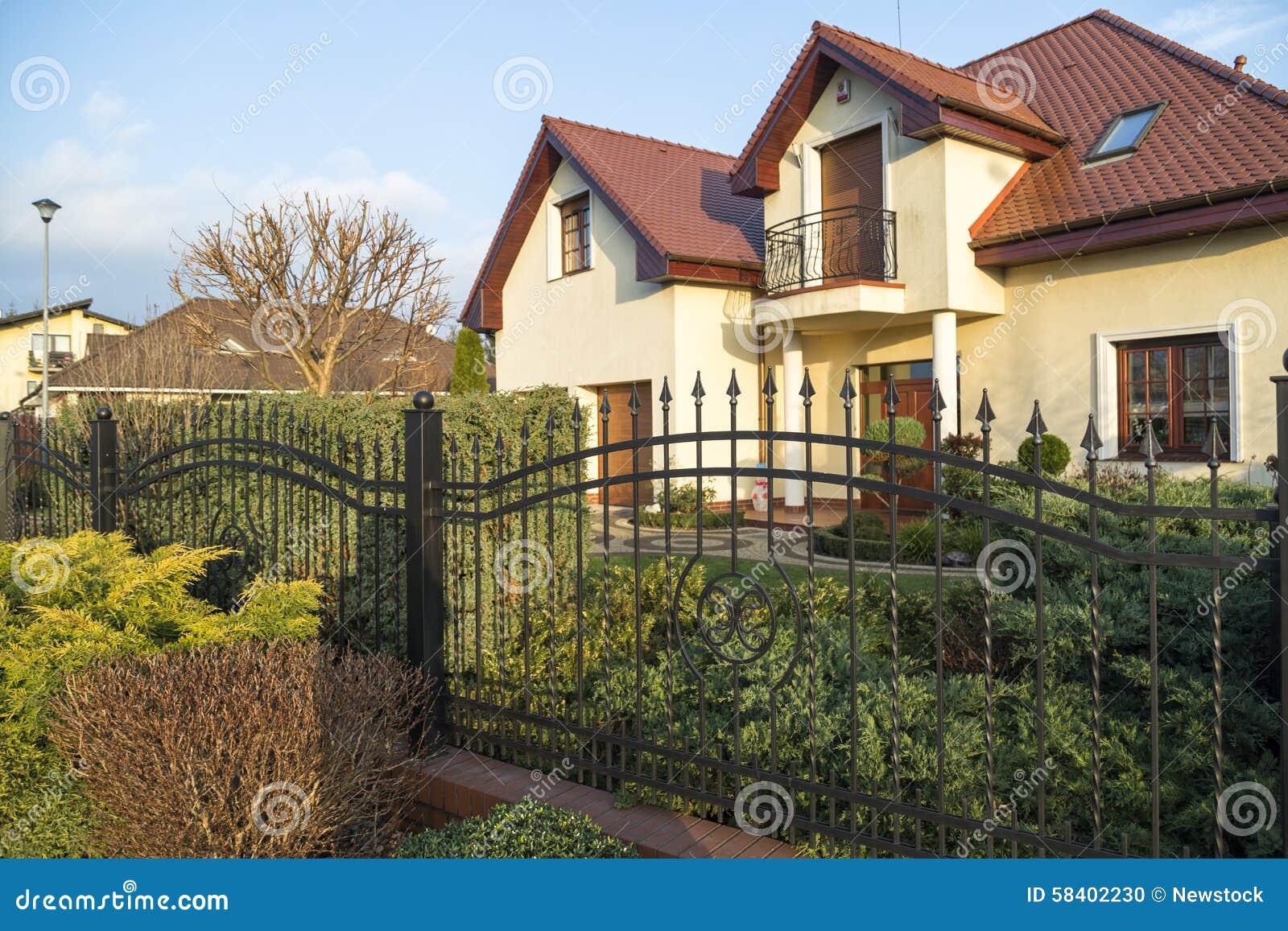 Petit jardin moderne photo stock. Image du construction - 58402230
