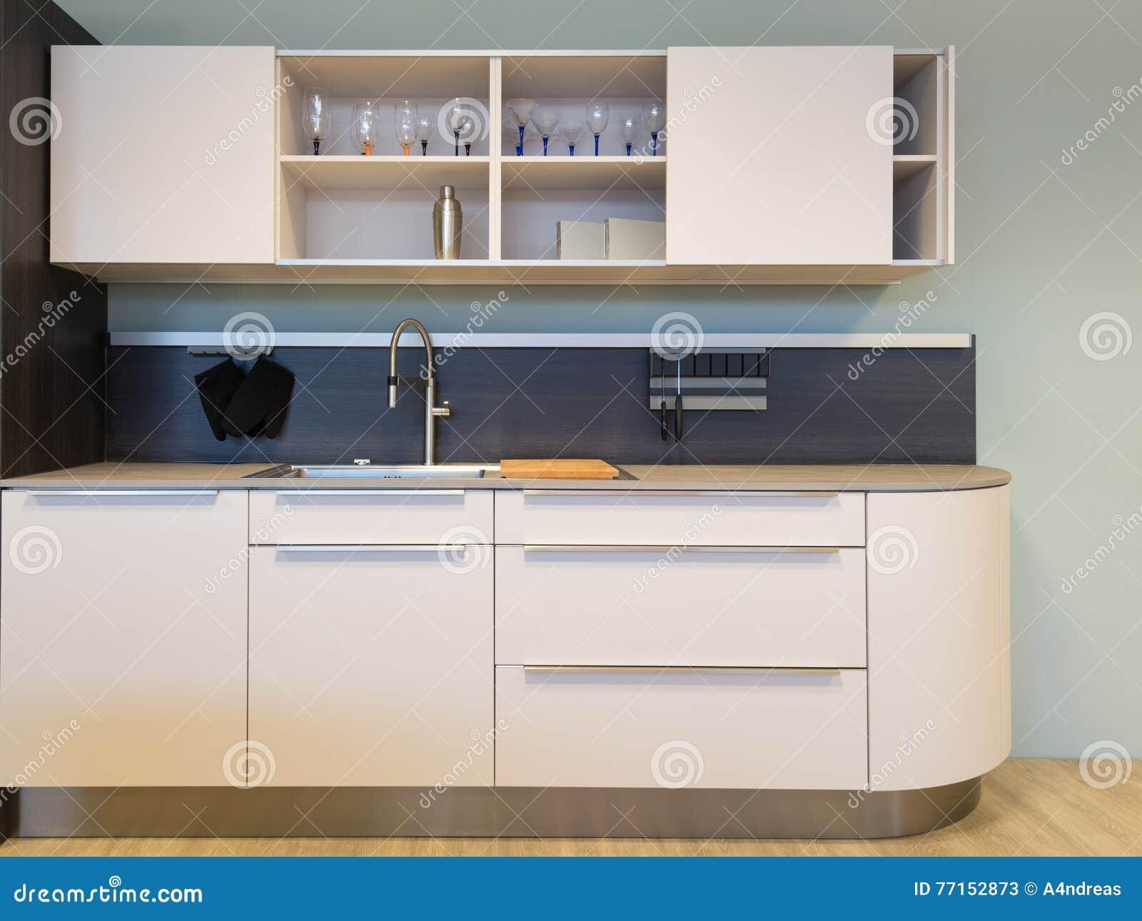 Petit kitchenet beige gentil de cuisine avec l évier