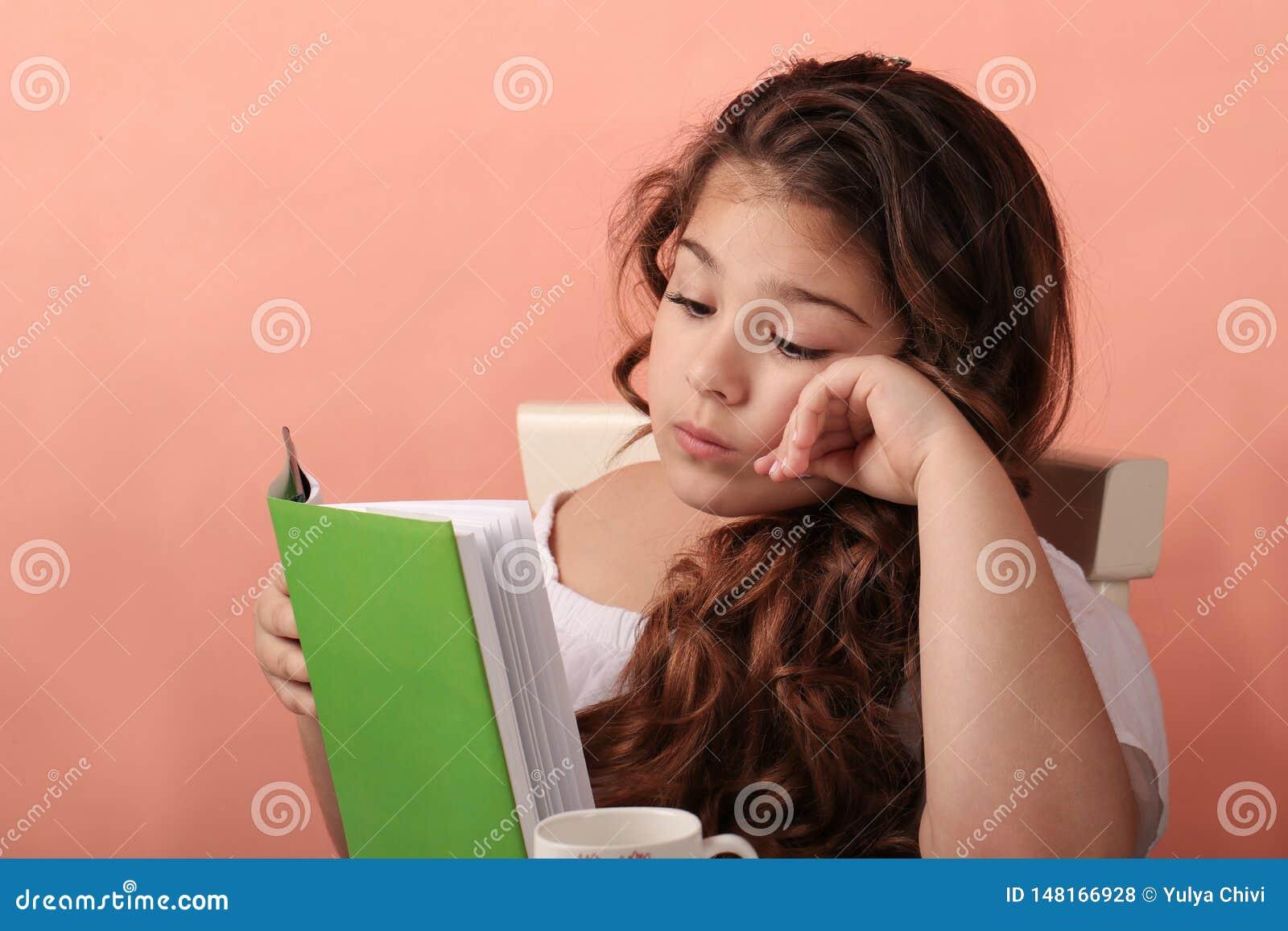 Petit livre de lecture mignon de fille d ?cole