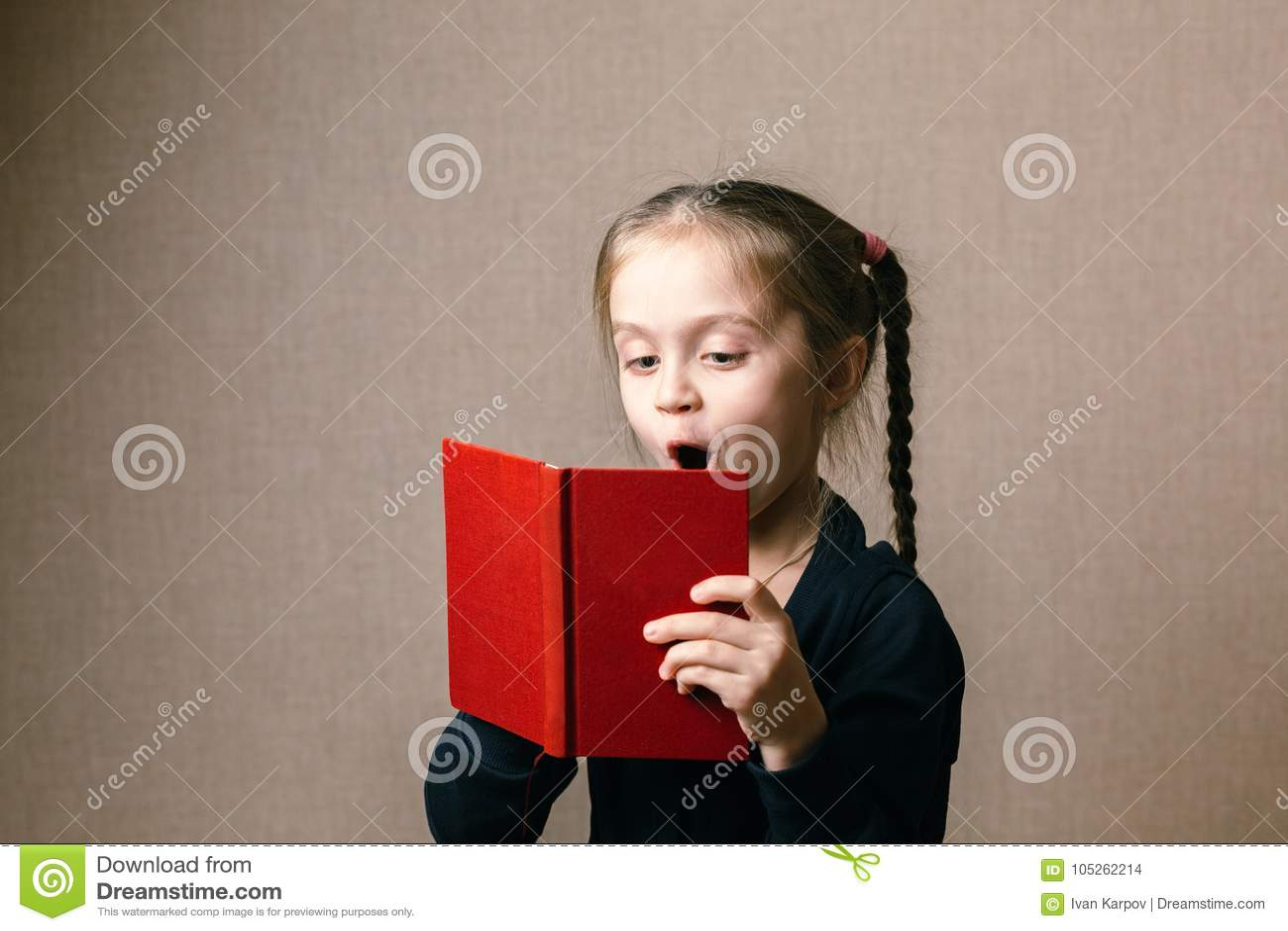 Petit mignon avec le livre