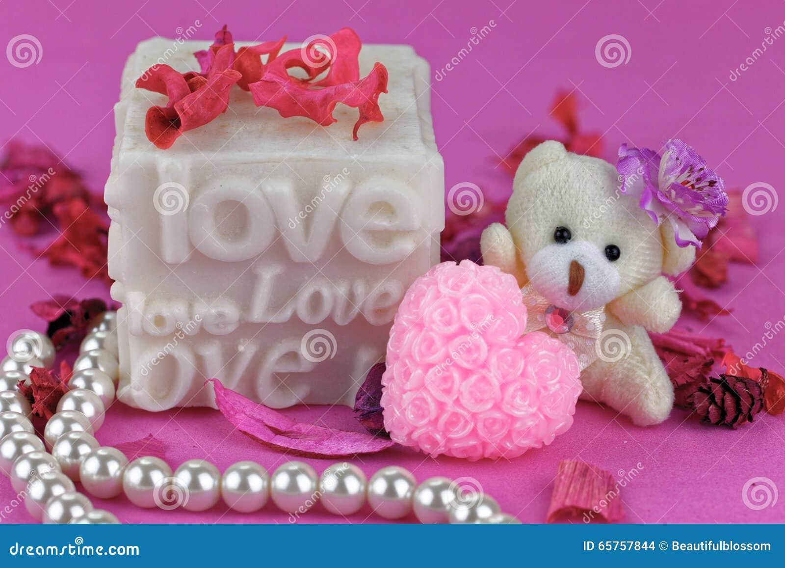 petit ours de nounours avec la bote d amour fond rose