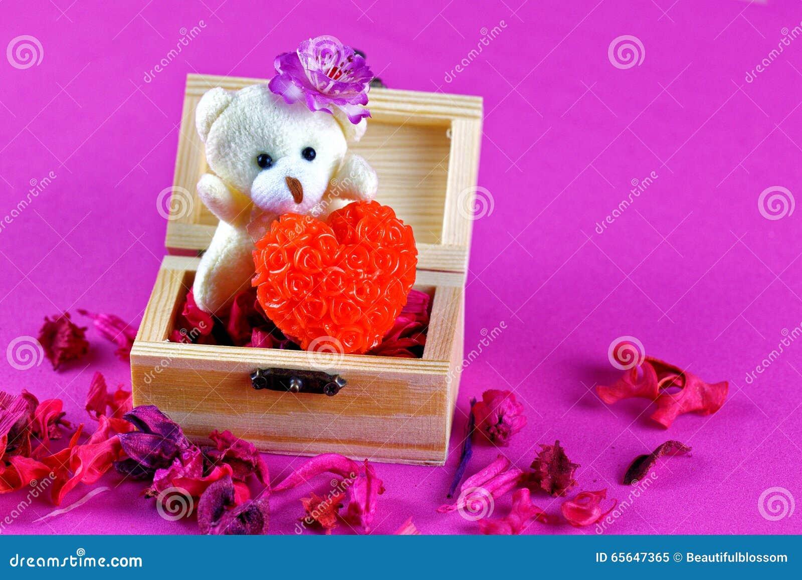 Petit ours de nounours tenant l amour dans la boîte en bois