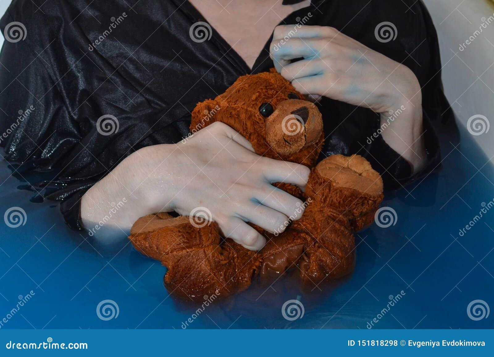 Petit ours humide de Brown dans les mains