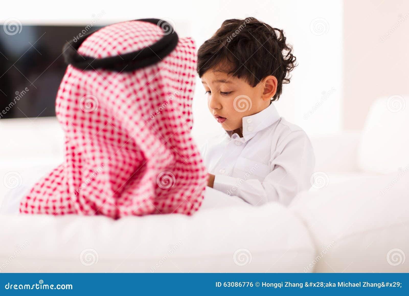 Download Petit Père Musulman De Garçon Photo stock - Image du adulte, islamique: 63086776