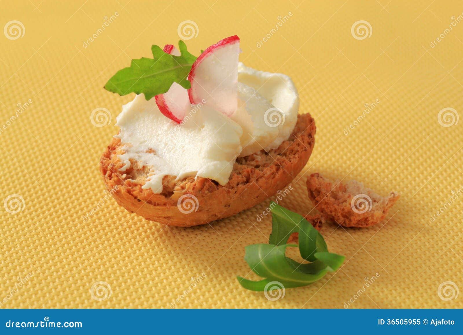 Petit pain croustillant avec la diffusion de fromage