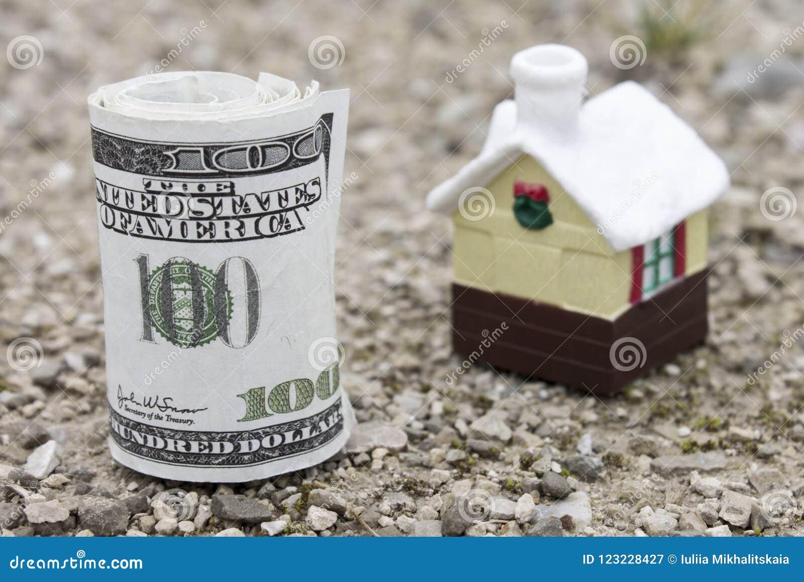 Petit pain d argent avec la petite maison de jouet sur le fond Real Estate évaluent le concept Foyer sélectif