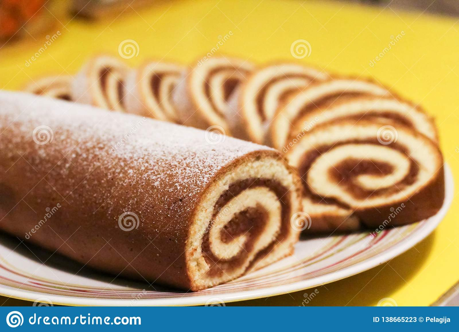 Petit pain de biscuit avec de la confiture de pomme sur un fond jaune